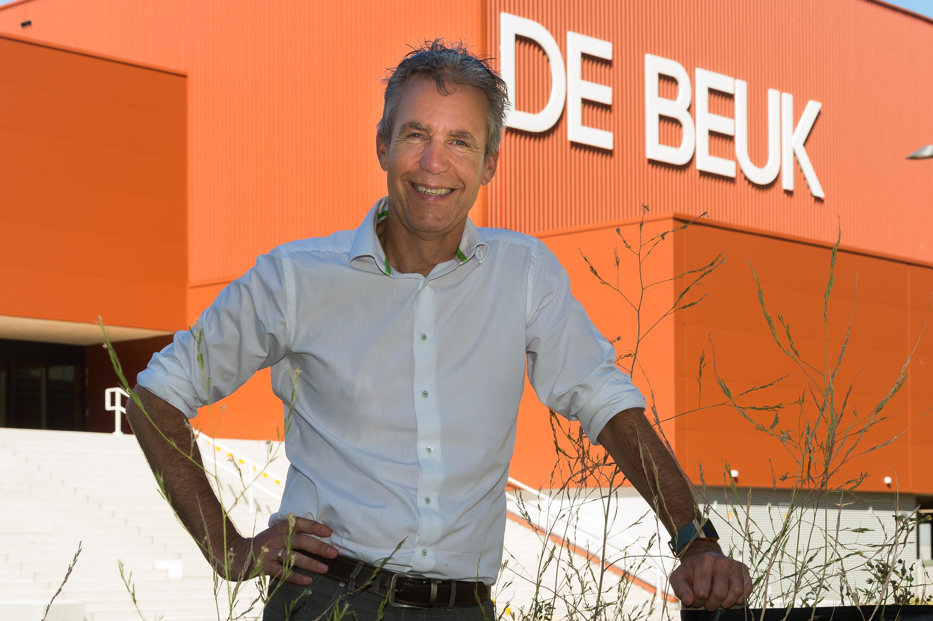 Jancor de Boer voor sporthal De Beuk. (Foto: Han Giskes)