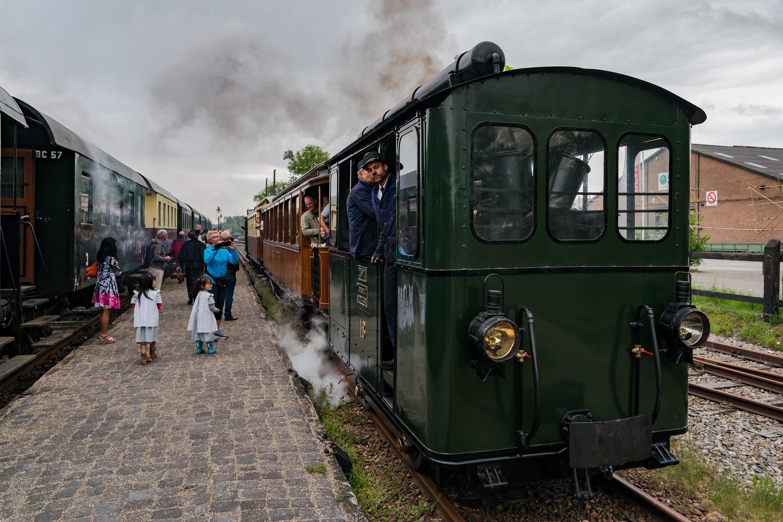 Gooische Moordenaar locomotief 18 op het gerestaureerde station van Wognum. (Foto: Benno Ellerbroek)