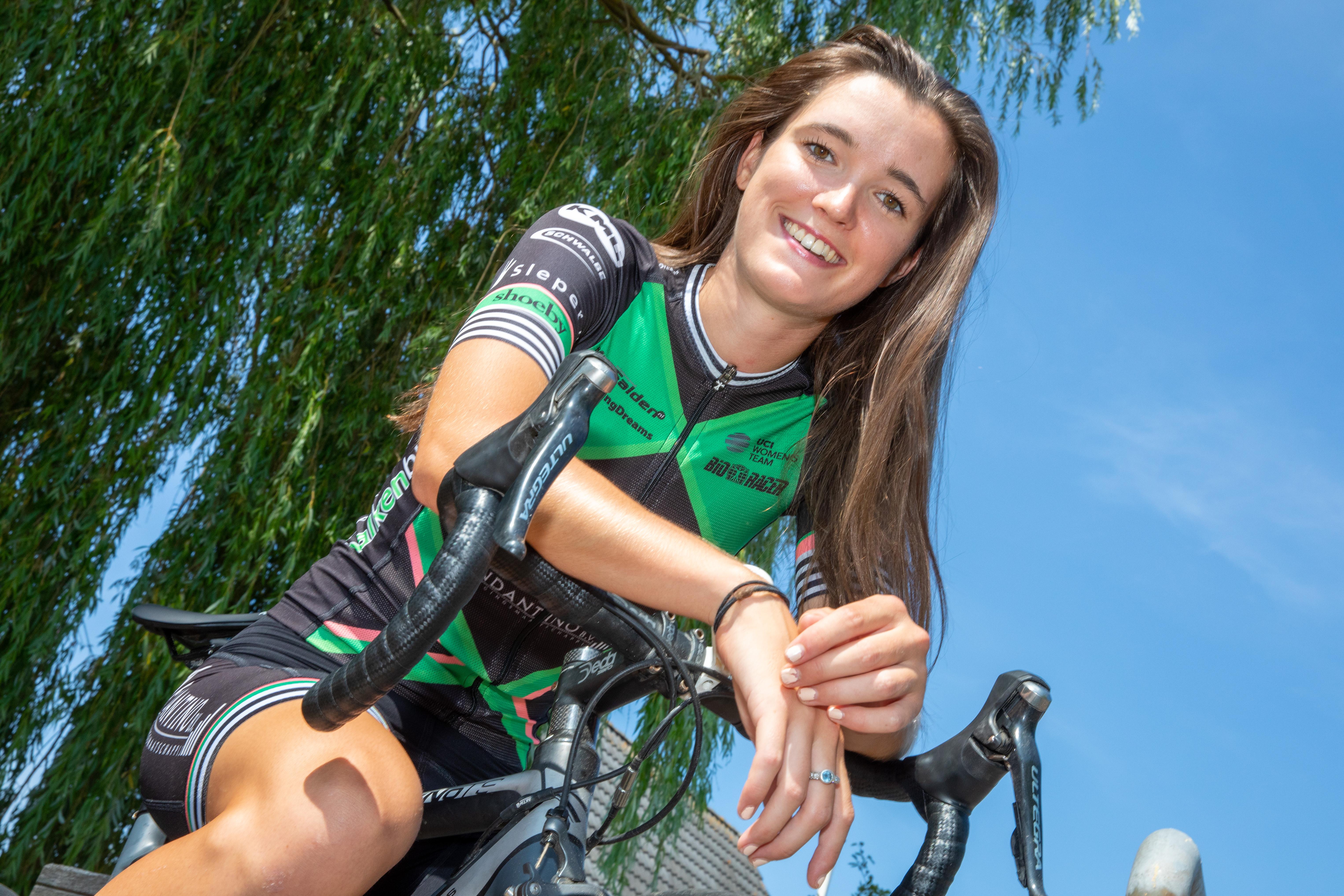 Nina Buysman vindt het erg leuk om Tour de Waard te rijden. (foto's Vincent de Vries / Rodi Media)