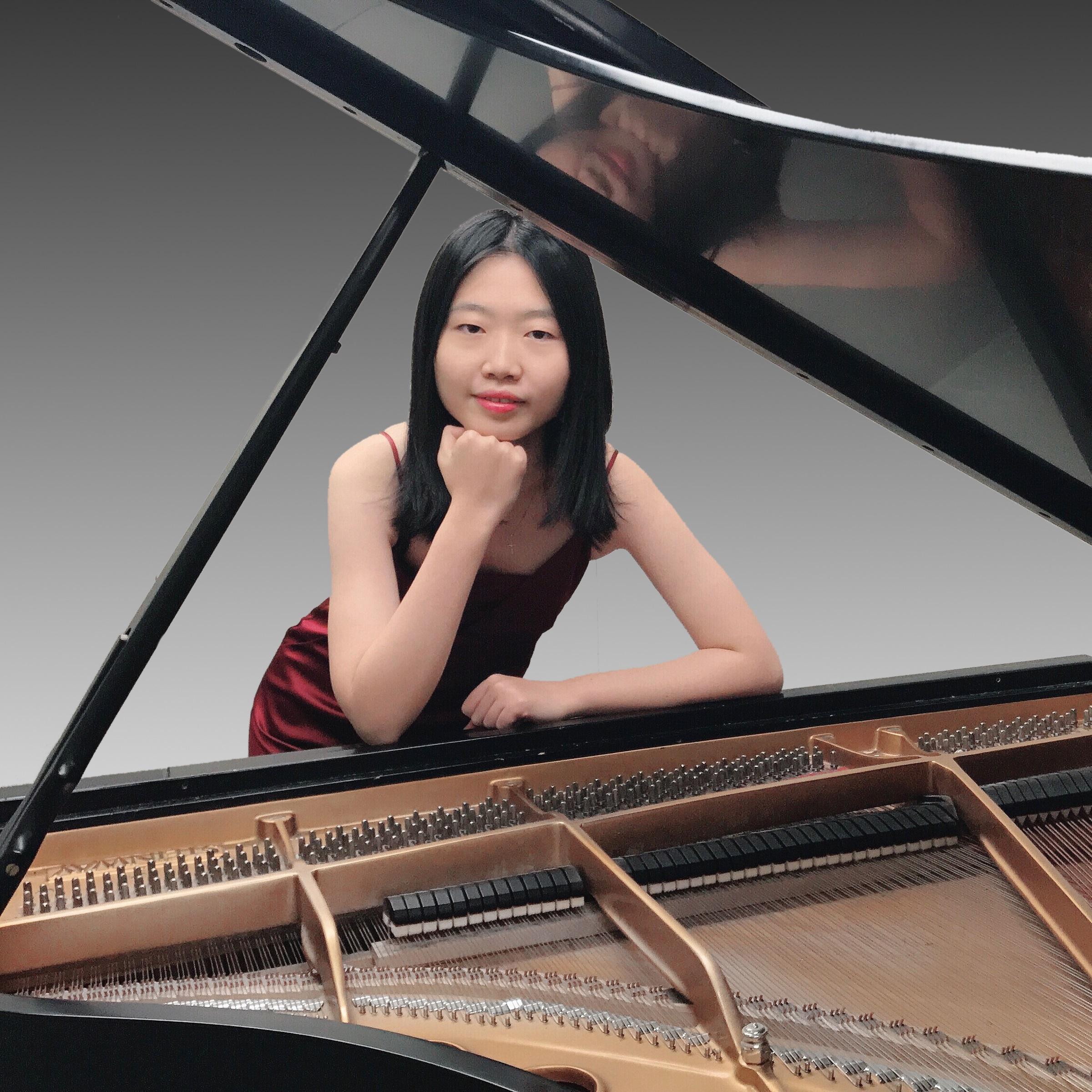 De talentvolle Chinese pianiste Yidi Jiao speelt een sonate van Schubert. (foto Sining Liu)