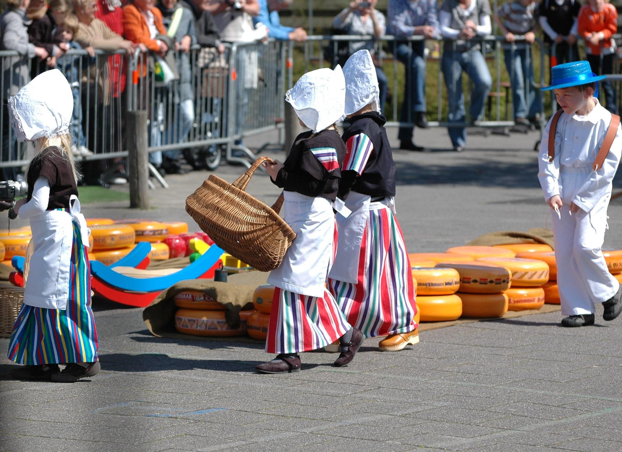 Kinderen de baas tijdens laatste kaasmarkt. (Foto: Els Velzeboer)