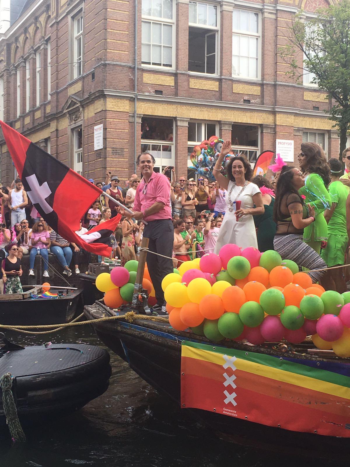 Femke Halsema op de gemeenteboot tijdens de Canal Parade. (Foto: Beau Jane van Feggelen/ RM)