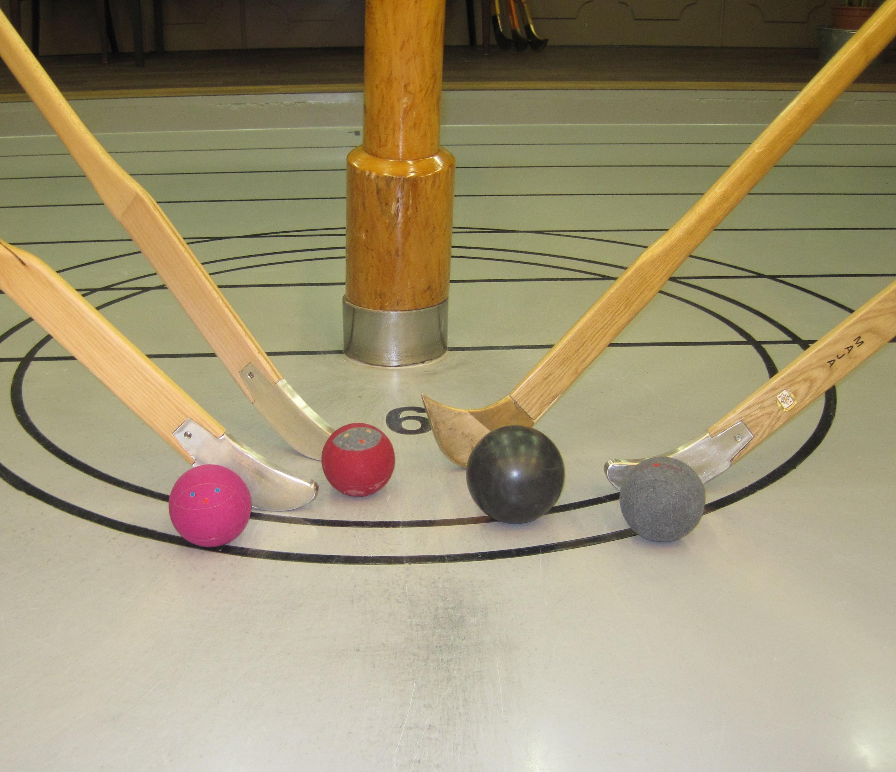 Met behulp van een zogenaamde hockeystick, de kliek, probeert de speler een bal van de ene paal naar de andere paal te spelen. (Foto: aangeleverd)