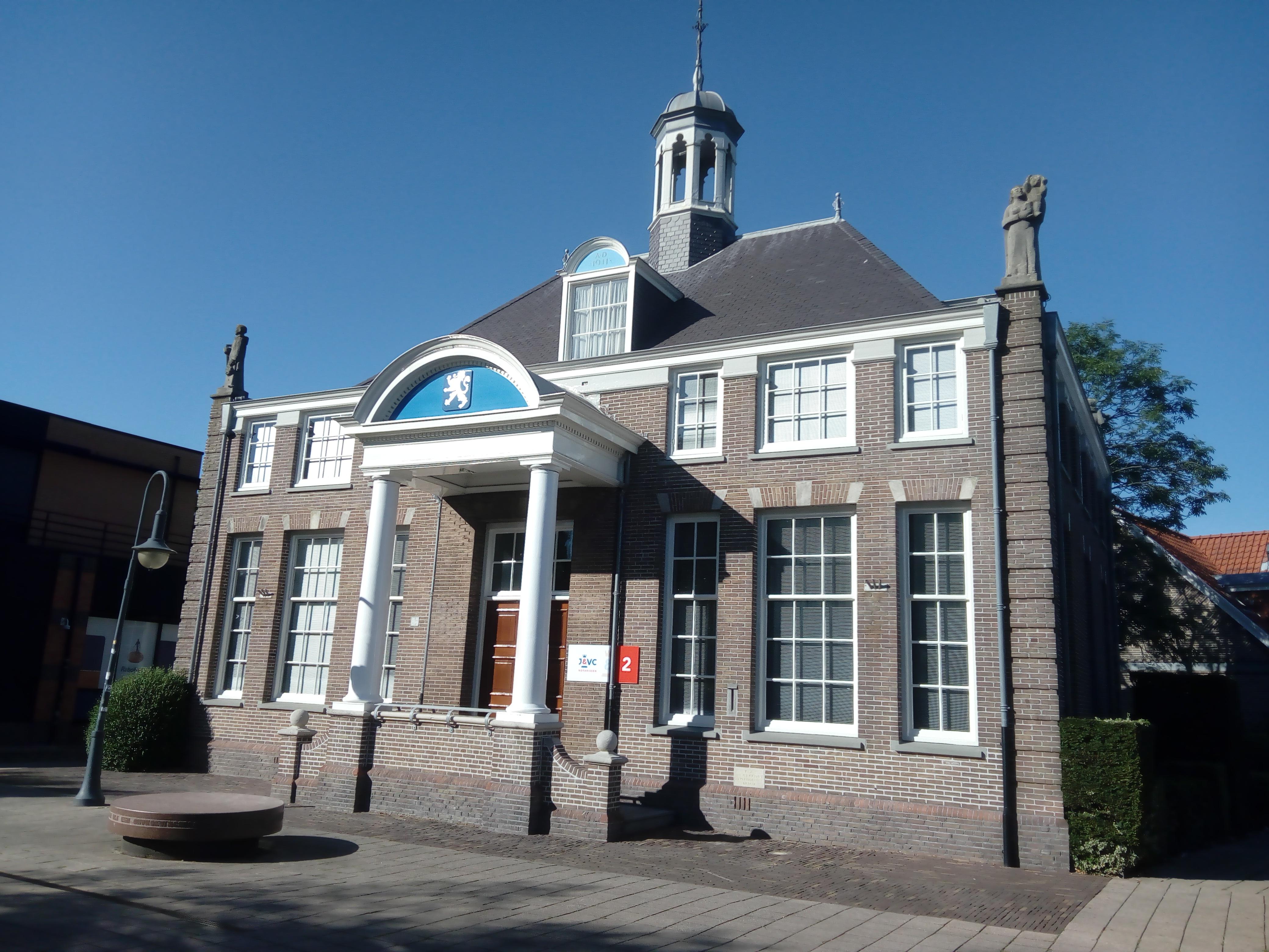 In het centrum van Heemskerk staan diverse gebouwen met een lange historie, zoals het voormalig gemeentehuis aan het Burgemeester Nielenplein. (Foto: Bos Media Services)
