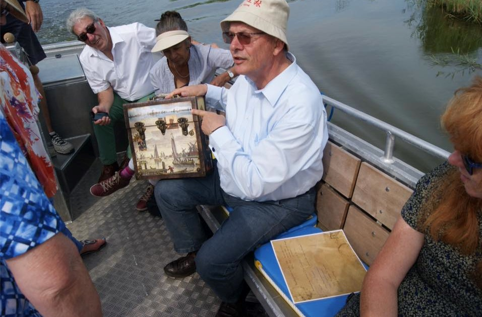 Burgemeester Tange vaart mee en vertelt (Foto: archief Bezoekerscentrum Poelboerderij)