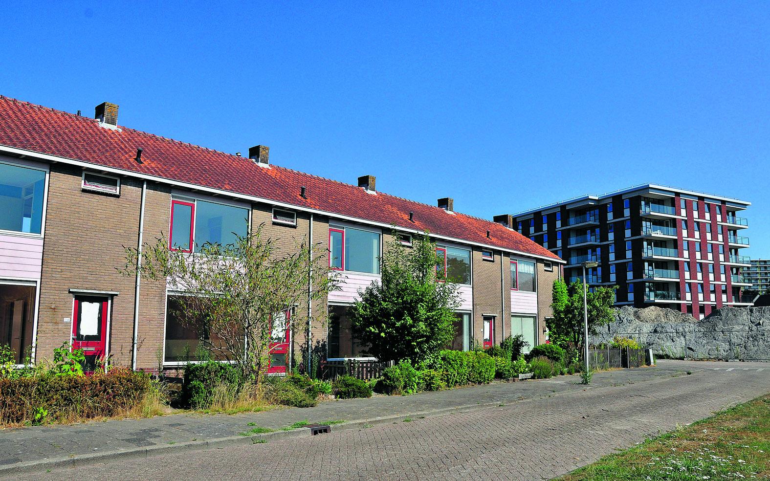 Van oud naar nieuw treffend in beeld. De blokken met oude huisjes worden de laatste drie maanden van dit jaar gesloopt. Rechts het nieuwe en duurzame appartementencomplex. (Foto: Frans van Emmerik)