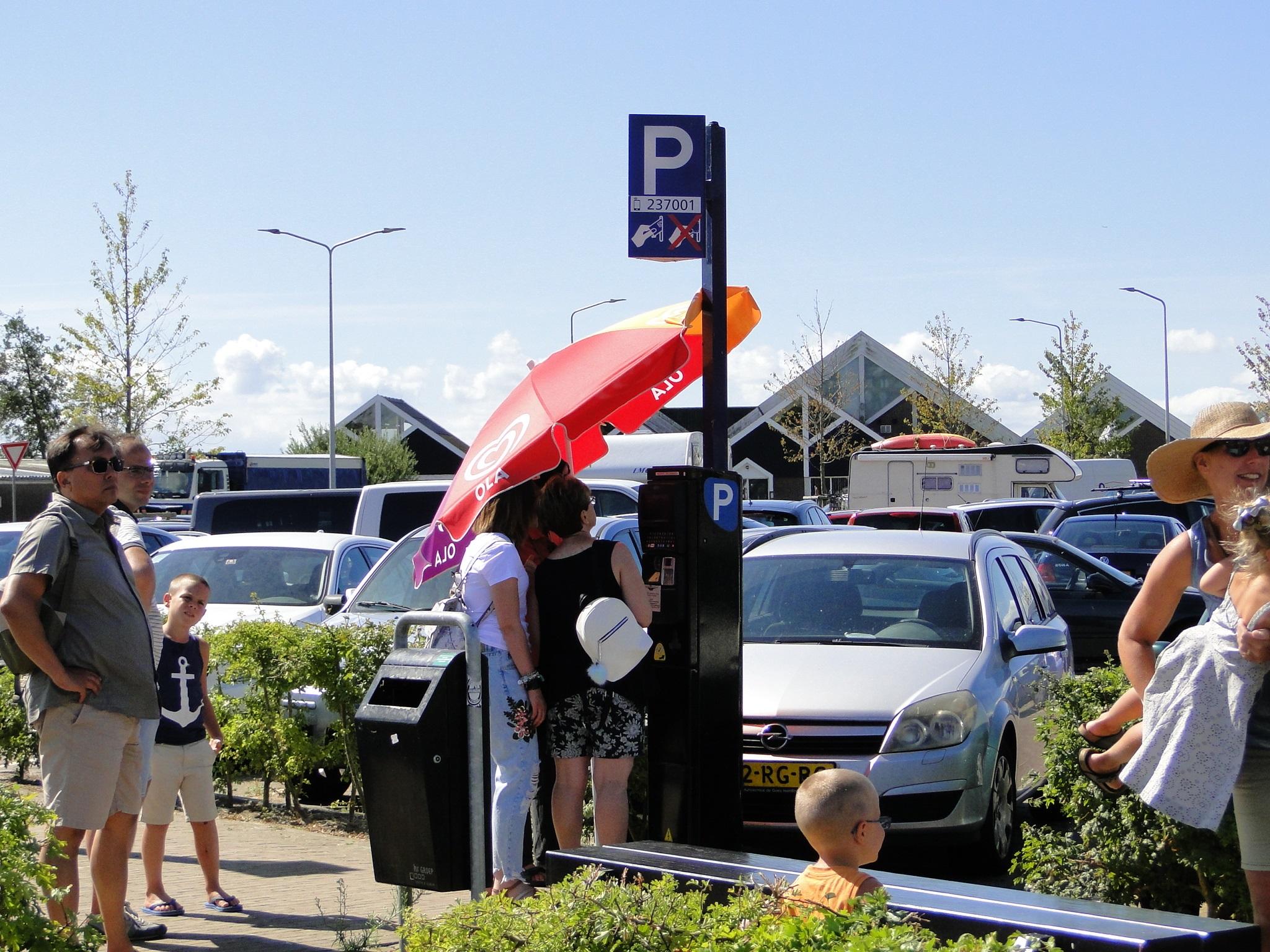 Met het extreem warme weer van de afgelopen dagen hebben ook de parkeerautomaten een parasol nodig voor wat verkoeling.  (Foto: Pep)