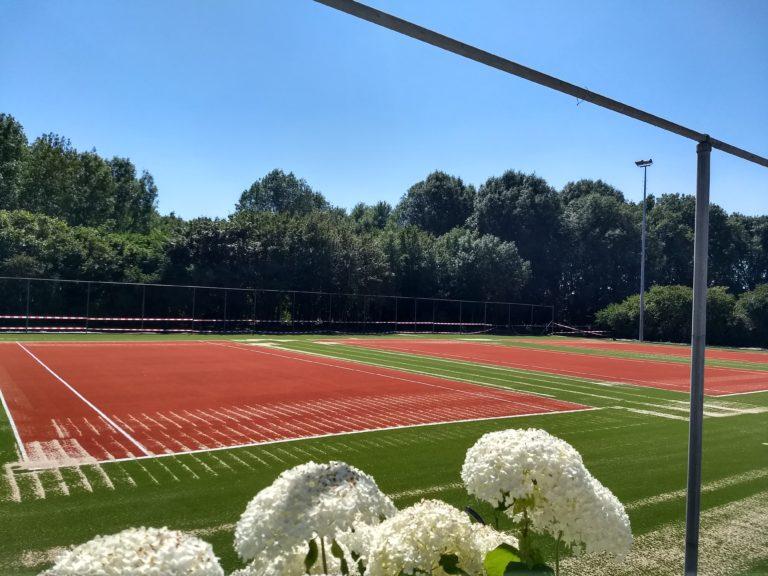 De nieuwe banen van tennisvereniging De Berk liggen er prachtig bij. (Foto: aangeleverd)
