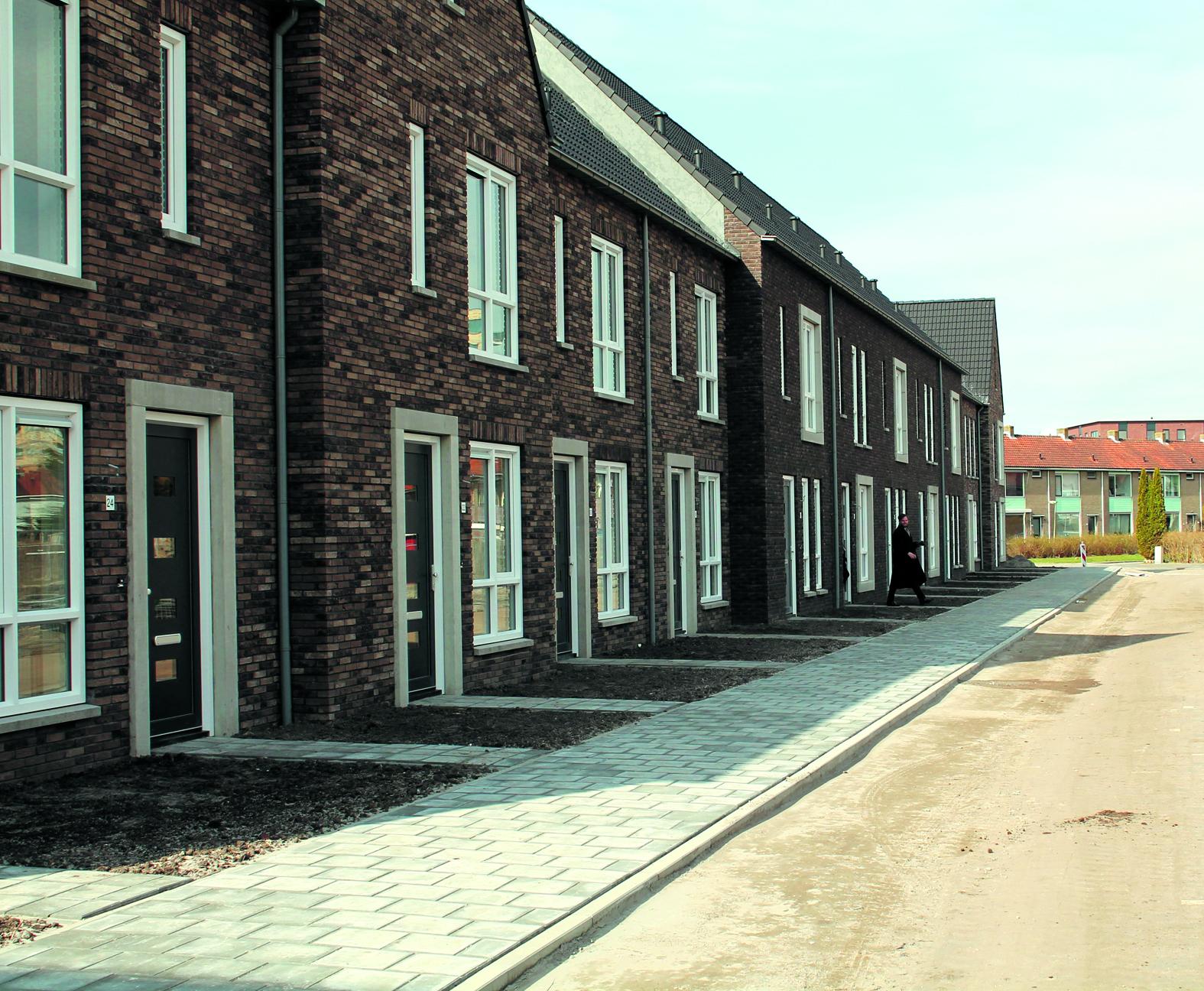 Van oud naar nieuw treffend in beeld. De blokken met oude huisjes worden de laatste drie maanden van dit jaar gesloopt. Rechts het nieuwe en duurzame appartementencomplex. (Foto: Frans van Emmerik) rodi.nl © rodi