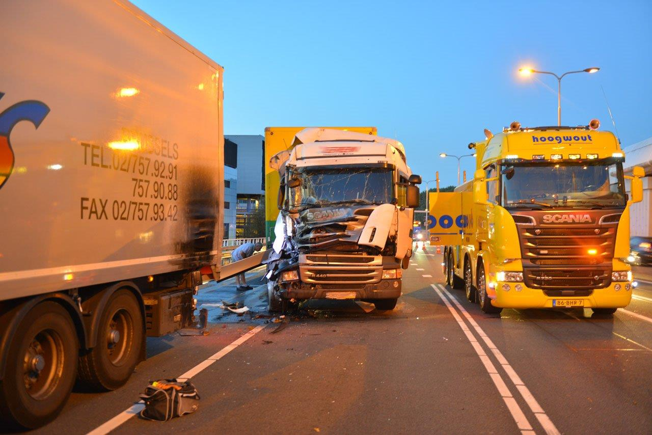 Botsing tussen twee vrachtwagens Schiphol-Oost. (Foto: Eric van Lieshout)