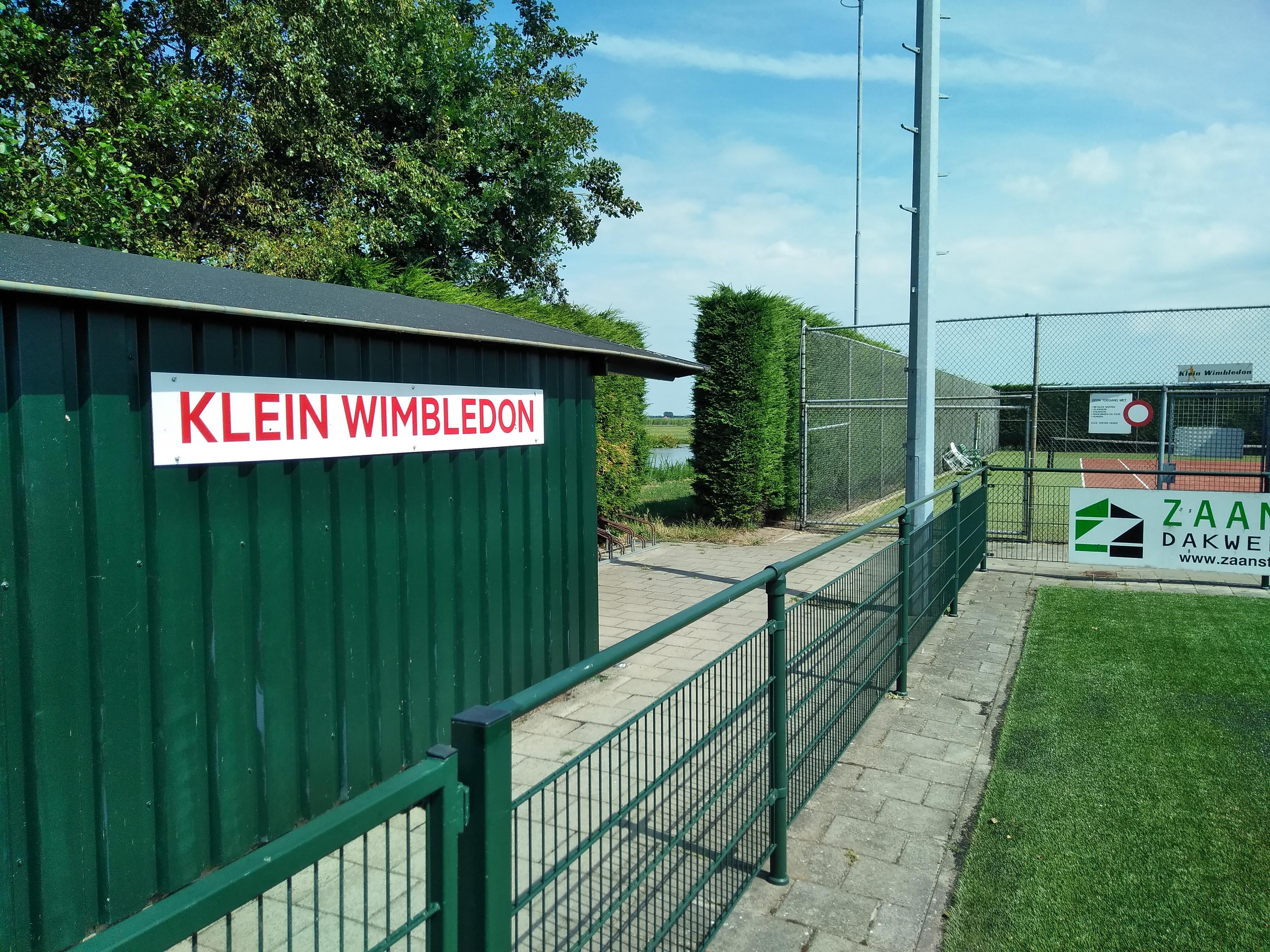 Passanten in Oostknollendam worden vanaf de dijk middels het nieuwe bord op tennispark Klein Wimbledon gewezen. (Foto: Bart van der Laan)