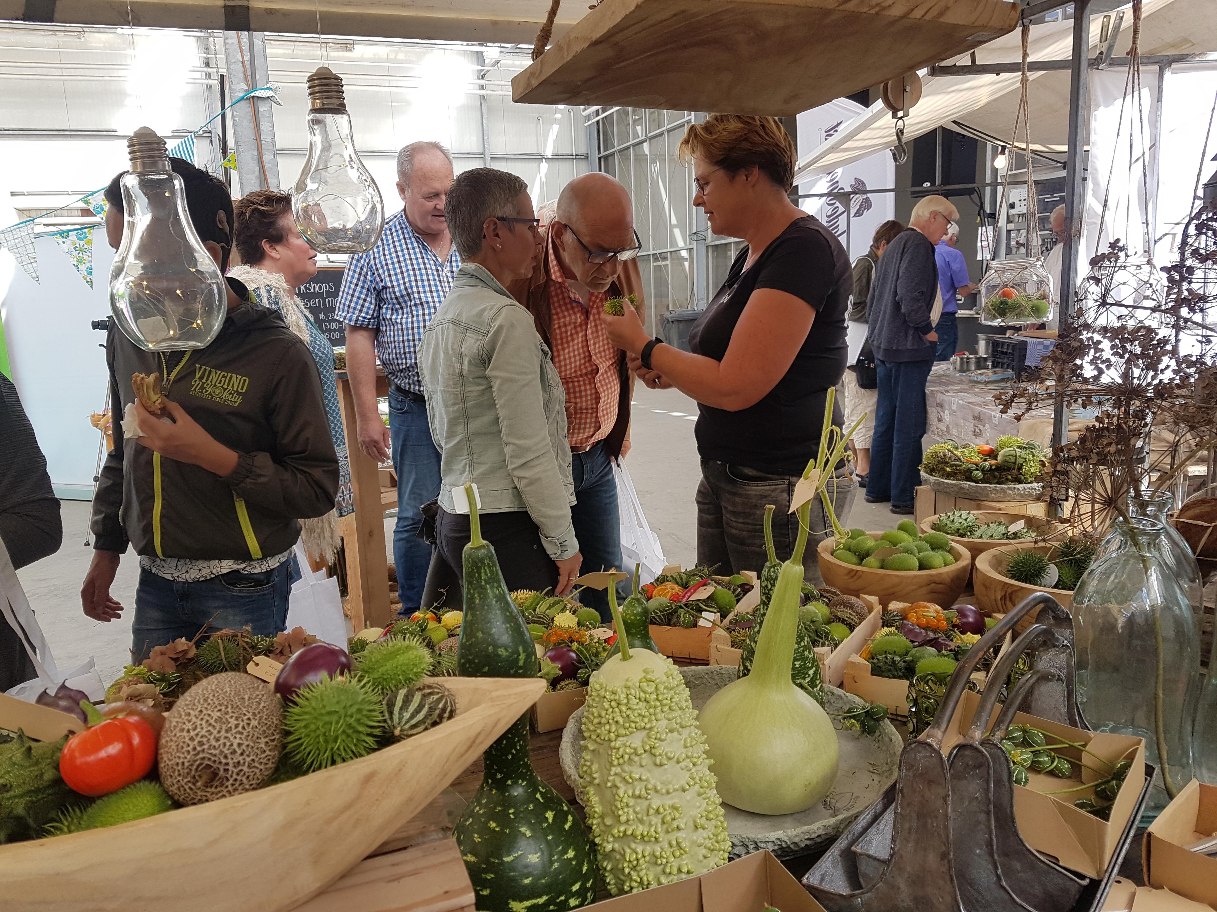 Afke Schrale van Bloeiers geeft uitleg over haar siervruchten op de Boerenversmarkt. (Foto: aangeleverd)