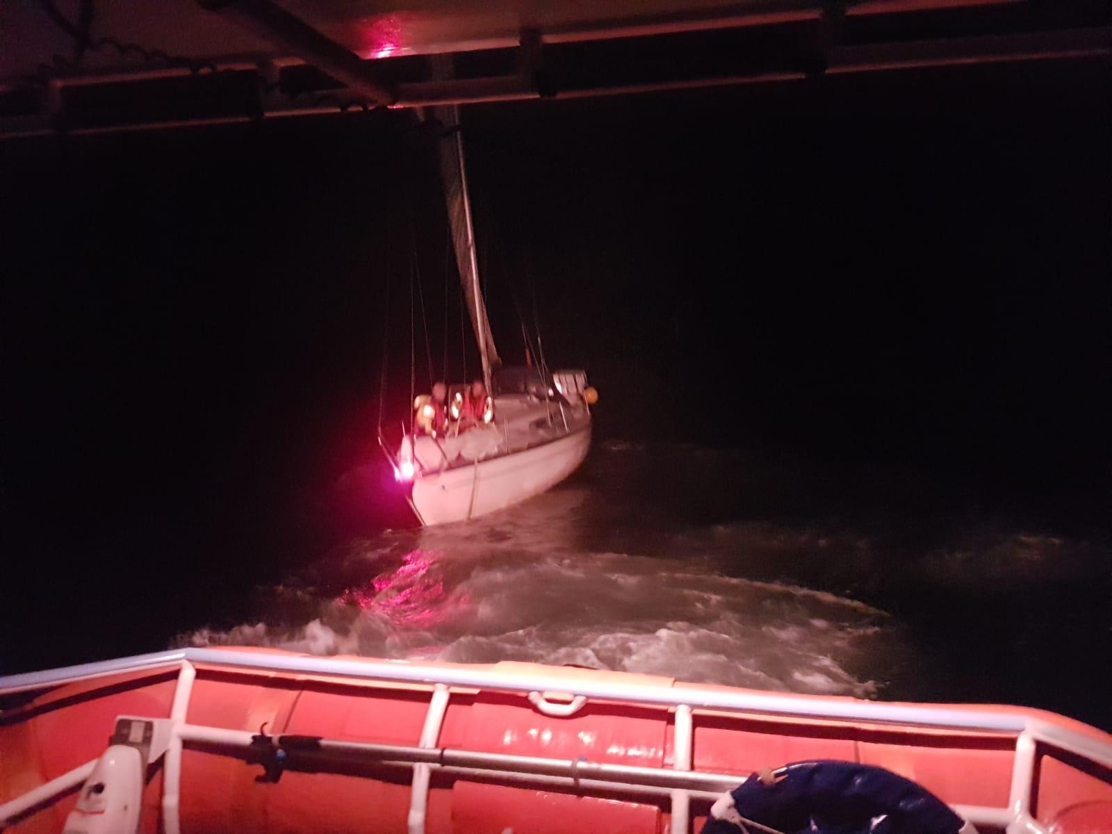 De bemanning van KNRM station Egmond aan Zee vaart op het brandende jacht af. (Foto: aangeleverd)