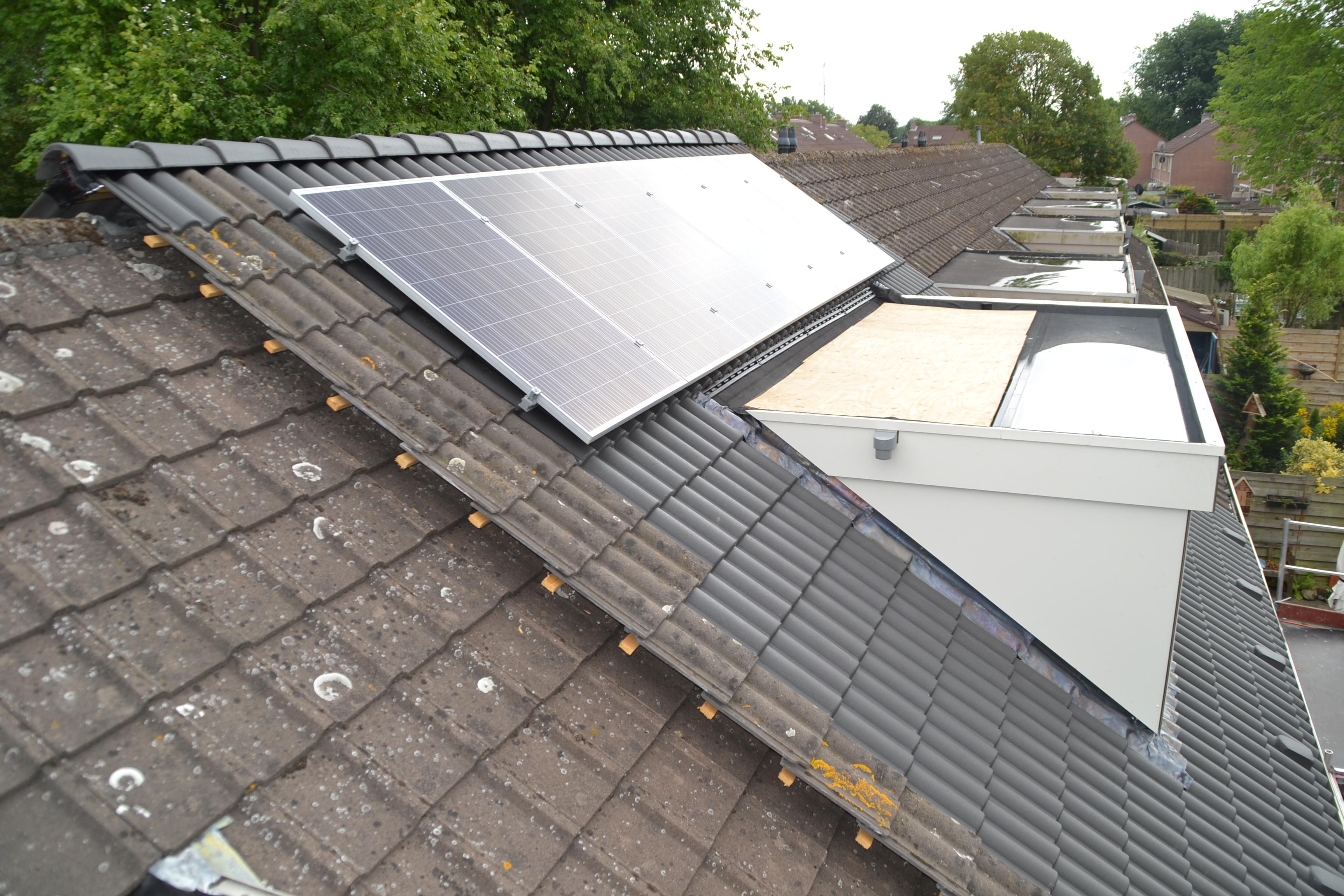 Op Grote Weid 15 in Enkhuizen is al een nieuwe dakkapel geplaatst en het oude dak vervangen en voorzien van zonnepanelen. (Foto: aangeleverd)