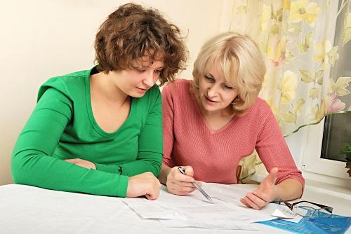 Een taaltrainer begeleidt mensen die moeite hebben met lezen en schrijven. (Foto: aangeleverd)