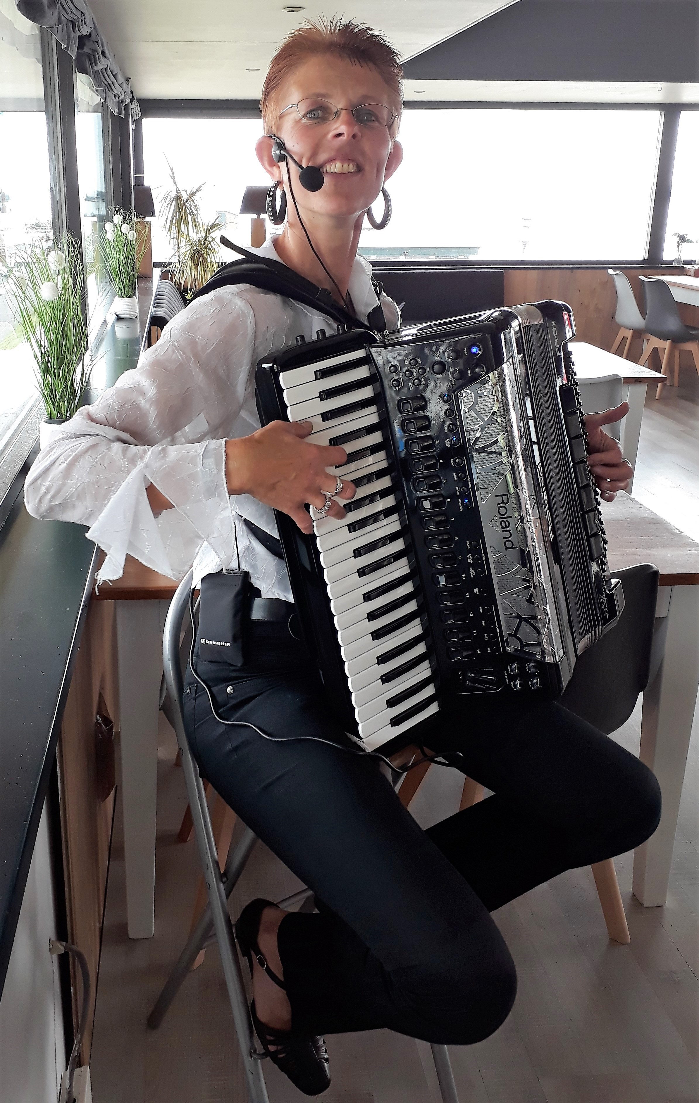 Simone Beerepoot speelt accordeon en zingt in de kerk van Sijbekarspel. (Foto: aangeleverd)