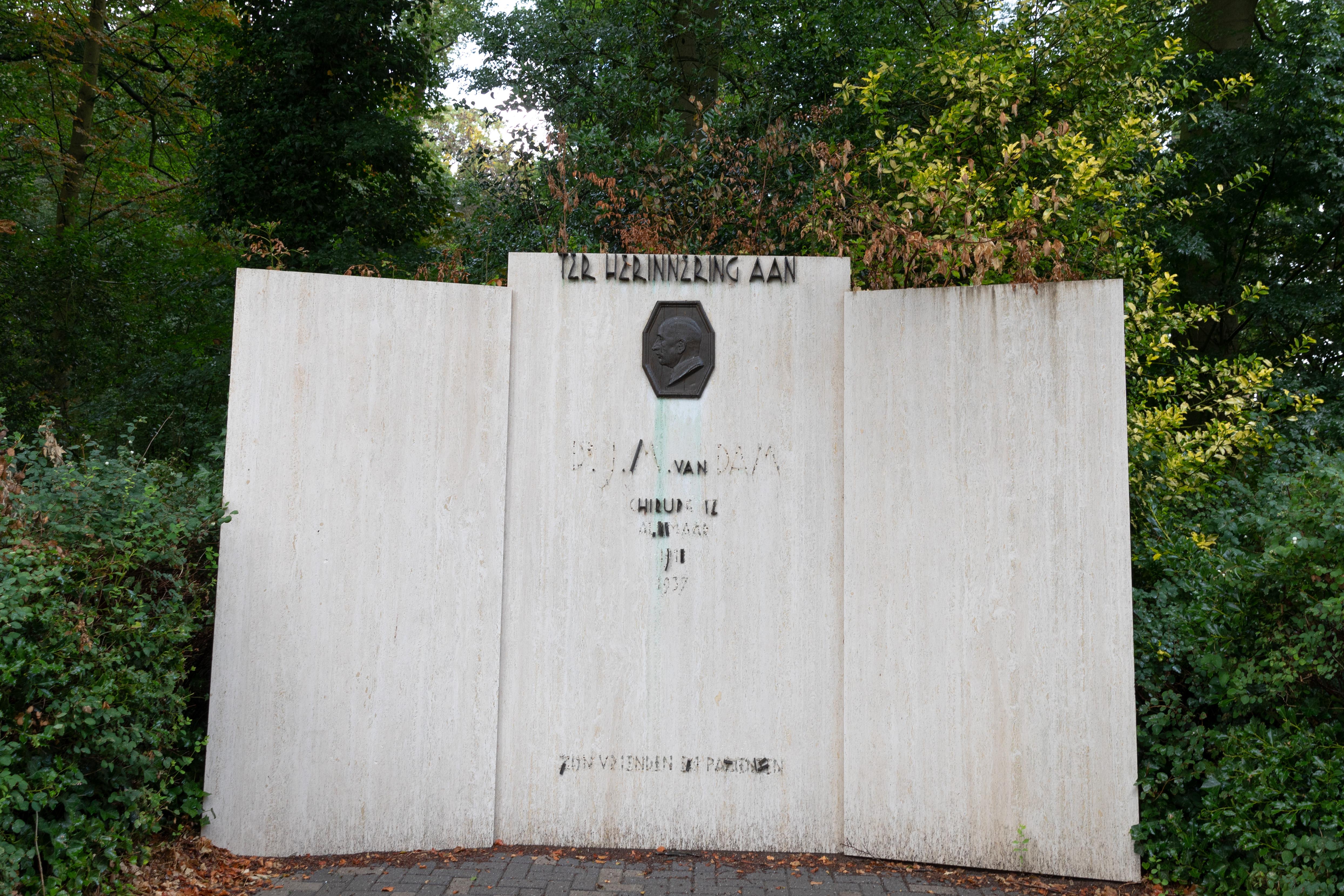 Het Van Dam-monument Prinses Julianalaan vervaagt. (Foto: Vincent de Vries/RM)