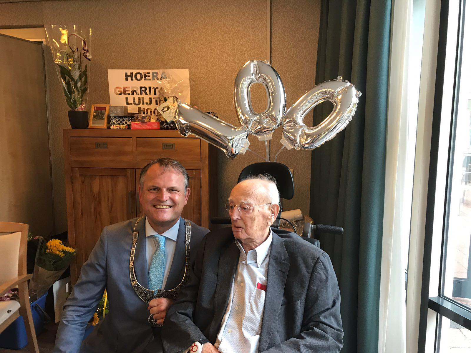 Locoburgemeester Gerard Slegers op bezoek bij Gerrit Luijting. (Foto: Gemeente Zaanstad)