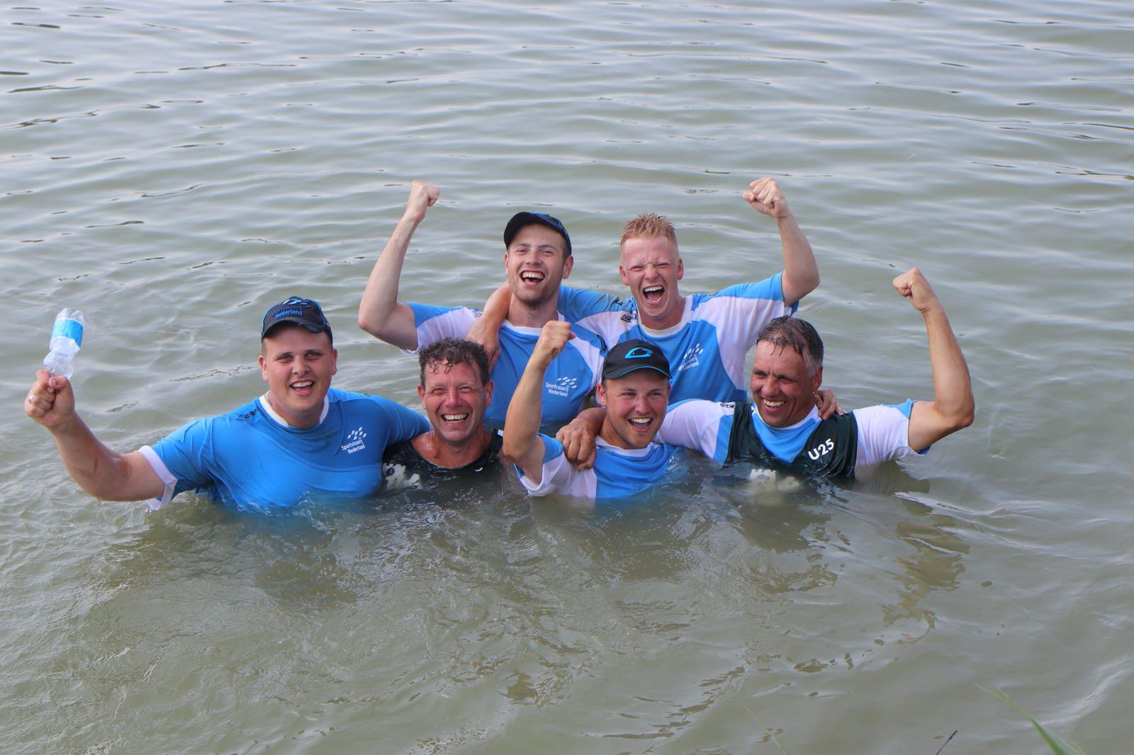 De gouden U25-ploeg dook van geluk het water in! (Foto: aangeleverd)