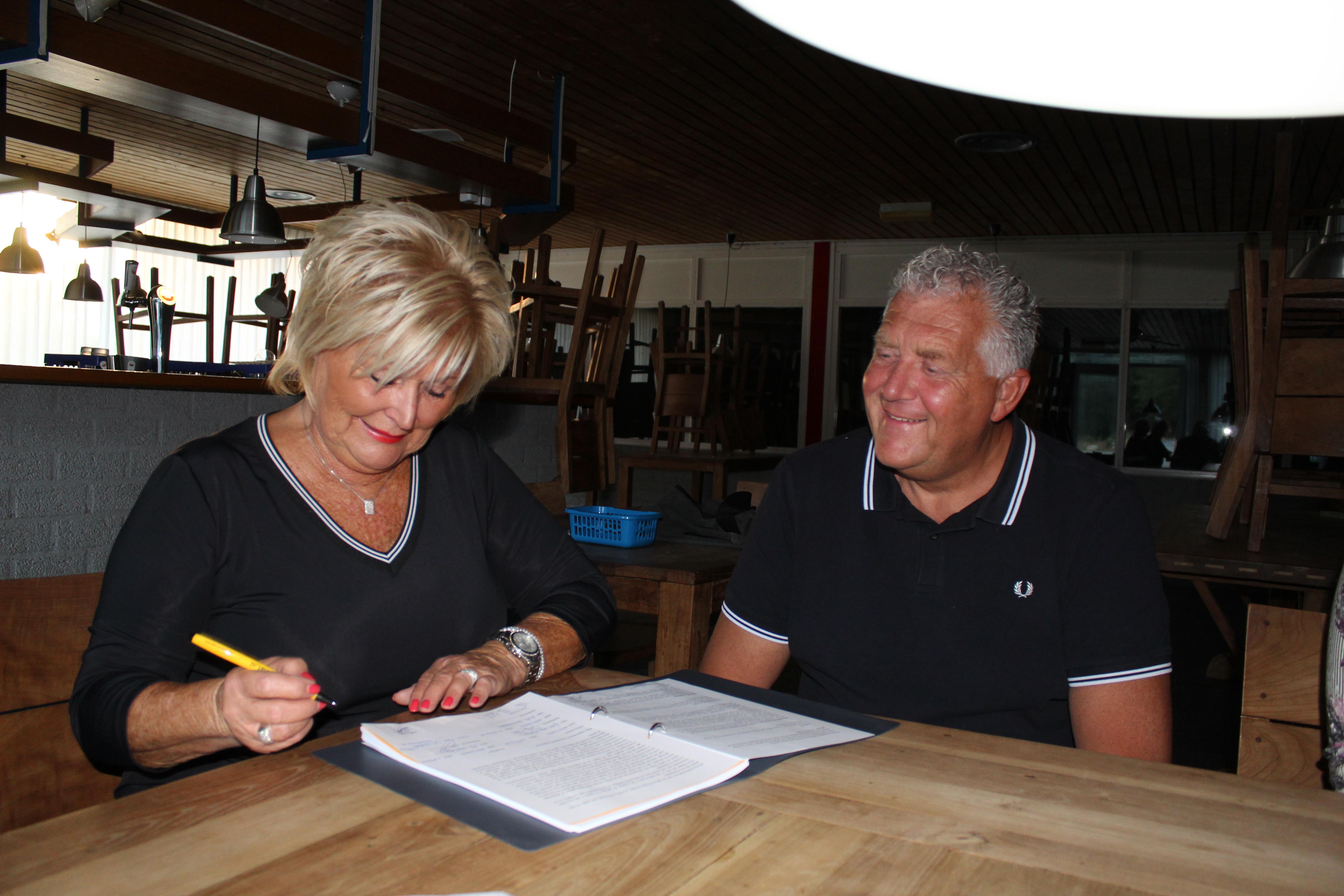 Beheerdersechtpaar Walda, Voorzitter Van Vloten en Secretaris Sombroek, Ondertekening contract, Happy end. (Foto's: JWvD)