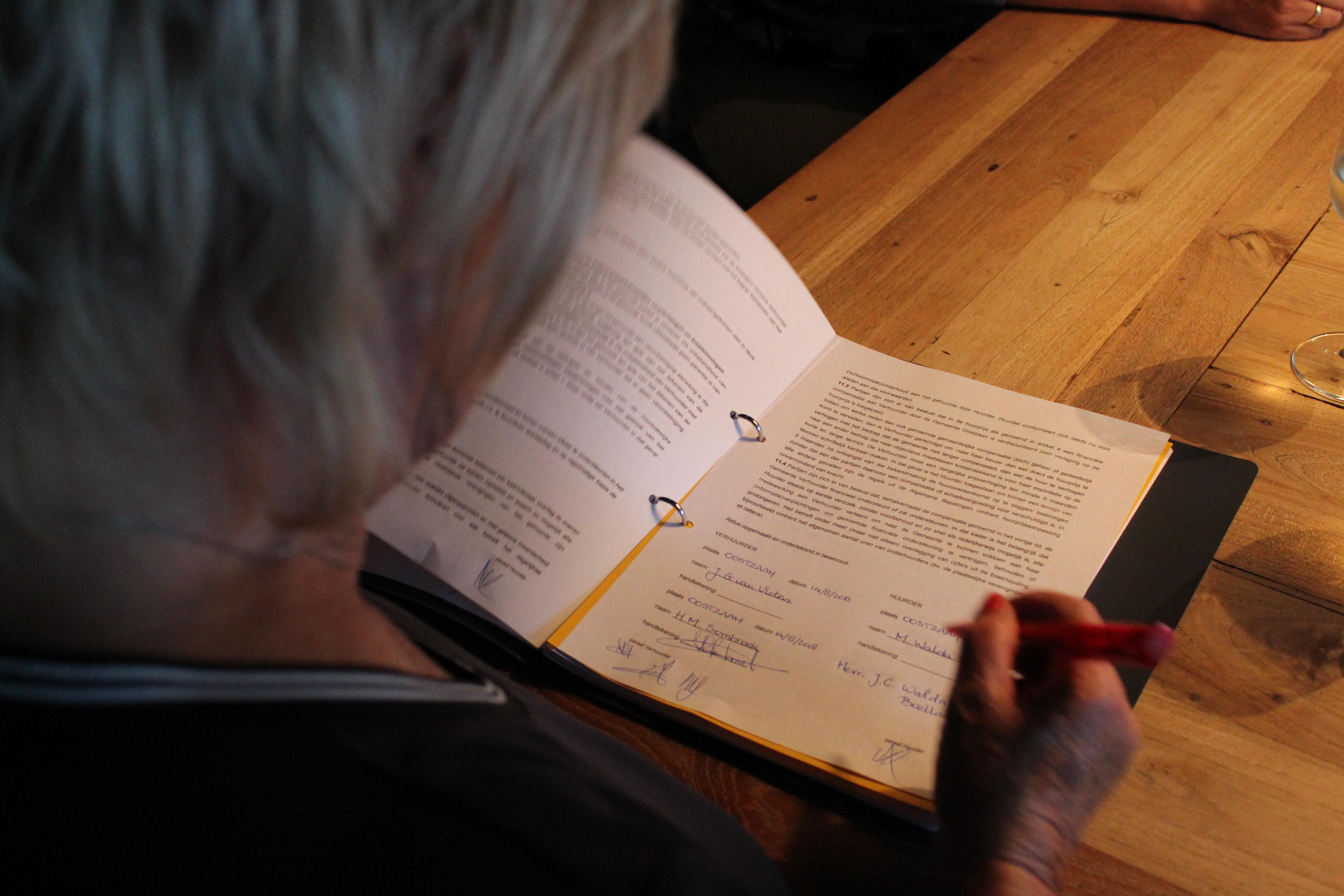 Beheerdersechtpaar Walda, Voorzitter Van Vloten en Secretaris Sombroek, Ondertekening contract, Happy end. (Foto's: JWvD) rodi.nl © rodi