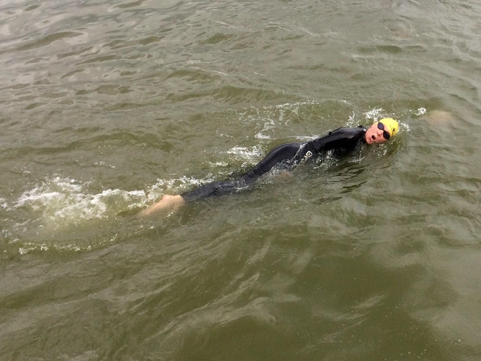 De Enkhuizense Karin Wilterdink-Molenaar springt zondag 9 september in het diepe voor ALS tijdens de Amsterdam City Swim. (Foto: Miranda Schinkel) rodi.nl © rodi