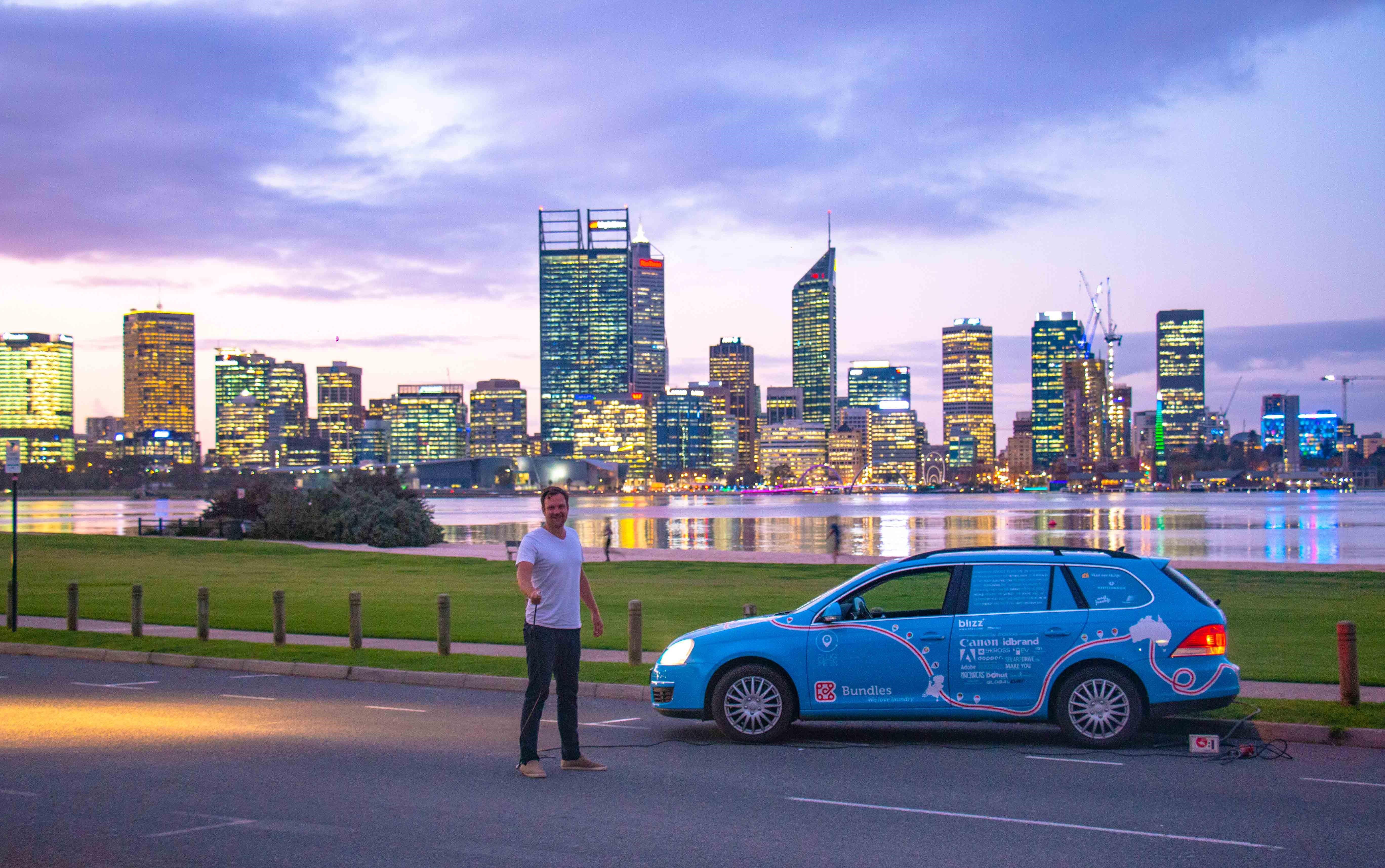 Wiebe Wakker met zijn 'Blue Bandit' in Perth, Australië. (Foto: Plug me in)