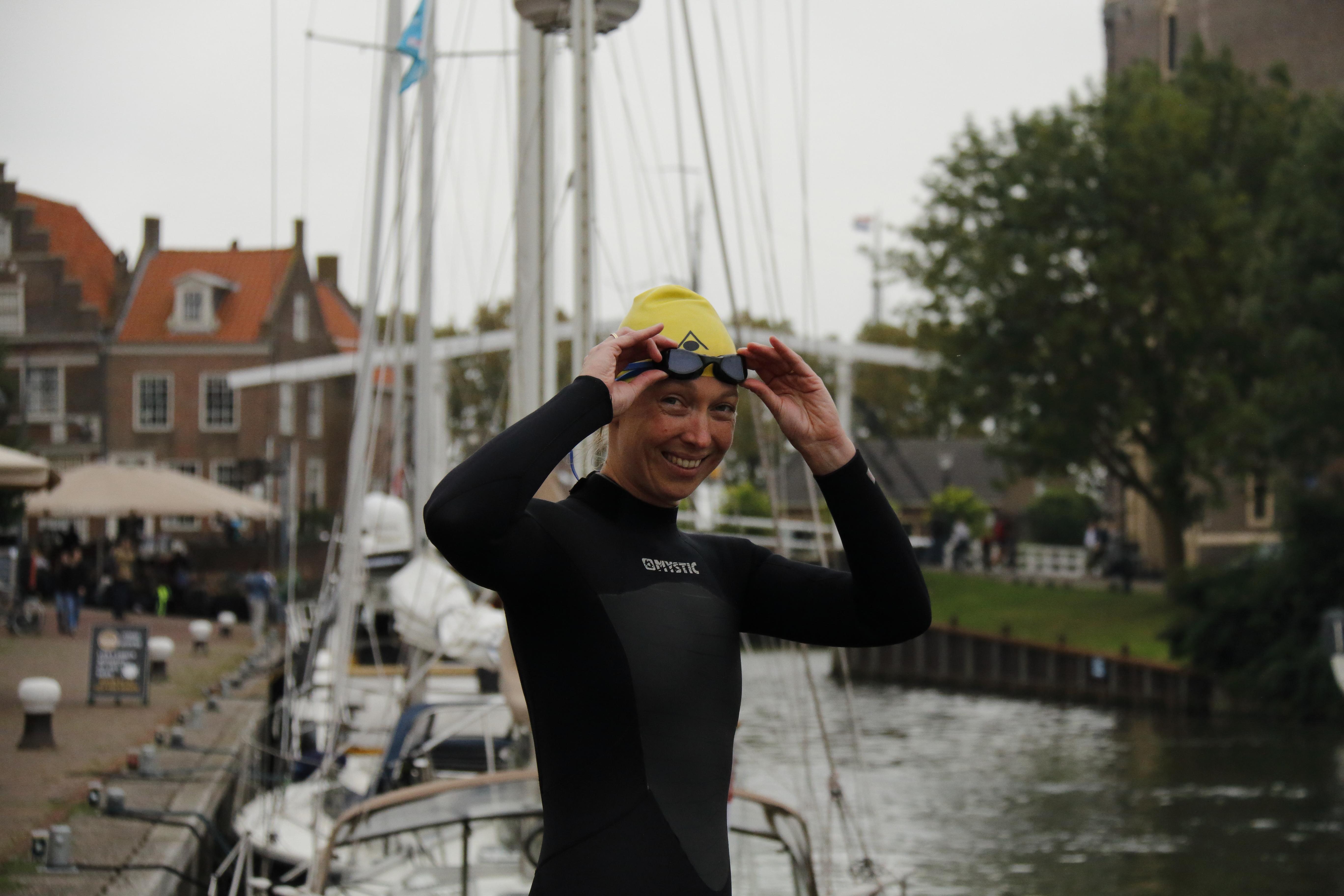 De Enkhuizense Karin Wilterdink-Molenaar springt zondag 9 september in het diepe voor ALS tijdens de Amsterdam City Swim. (Foto: Miranda Schinkel)