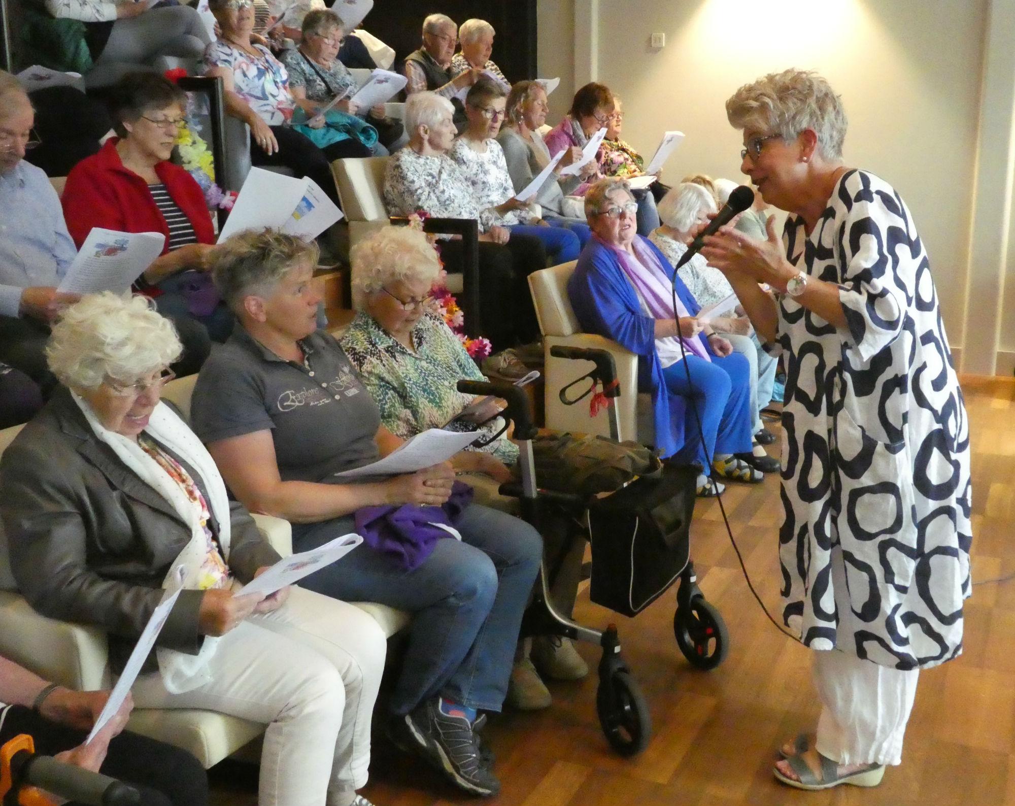 Het publiek zingt graag mee met zangeres Evelien van Leeuwen in School 7. (Foto: aangeleverd)