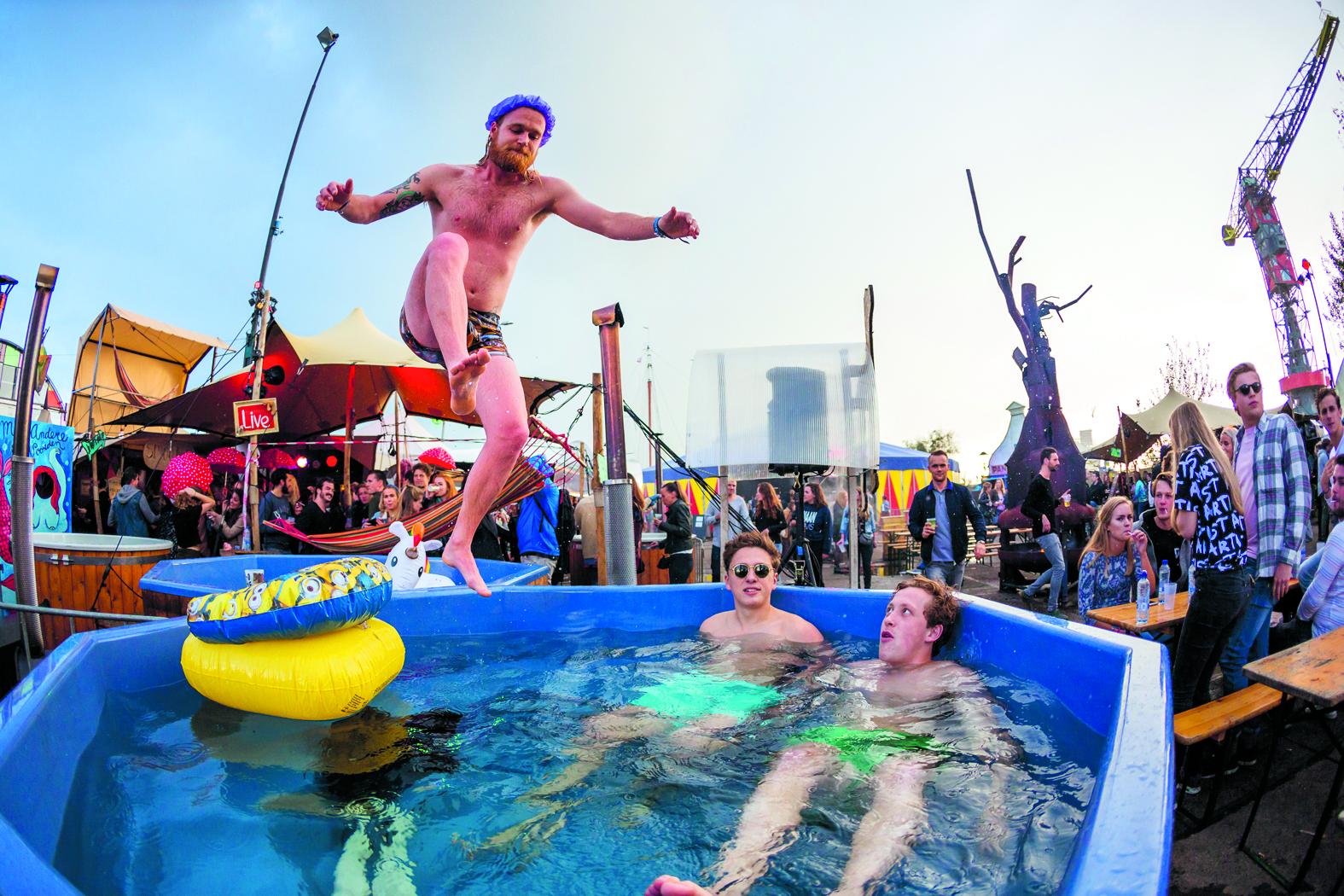 Op het NDSM-terrein kan iedereen samenkomen om een lange week vol clubnachten relaxt af te sluiten. (Foto: Dennis Verduin) rodi.nl © rodi