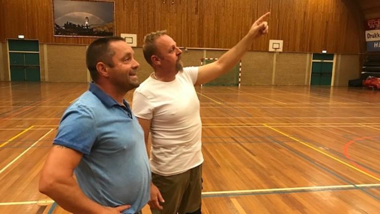 De heren Peter Wijn en Onno Tijm (beheerder sporthal) hopen op een succesvol benefietconcert. (Foto: Nieuwspartner NH (Tom Jurriaans).