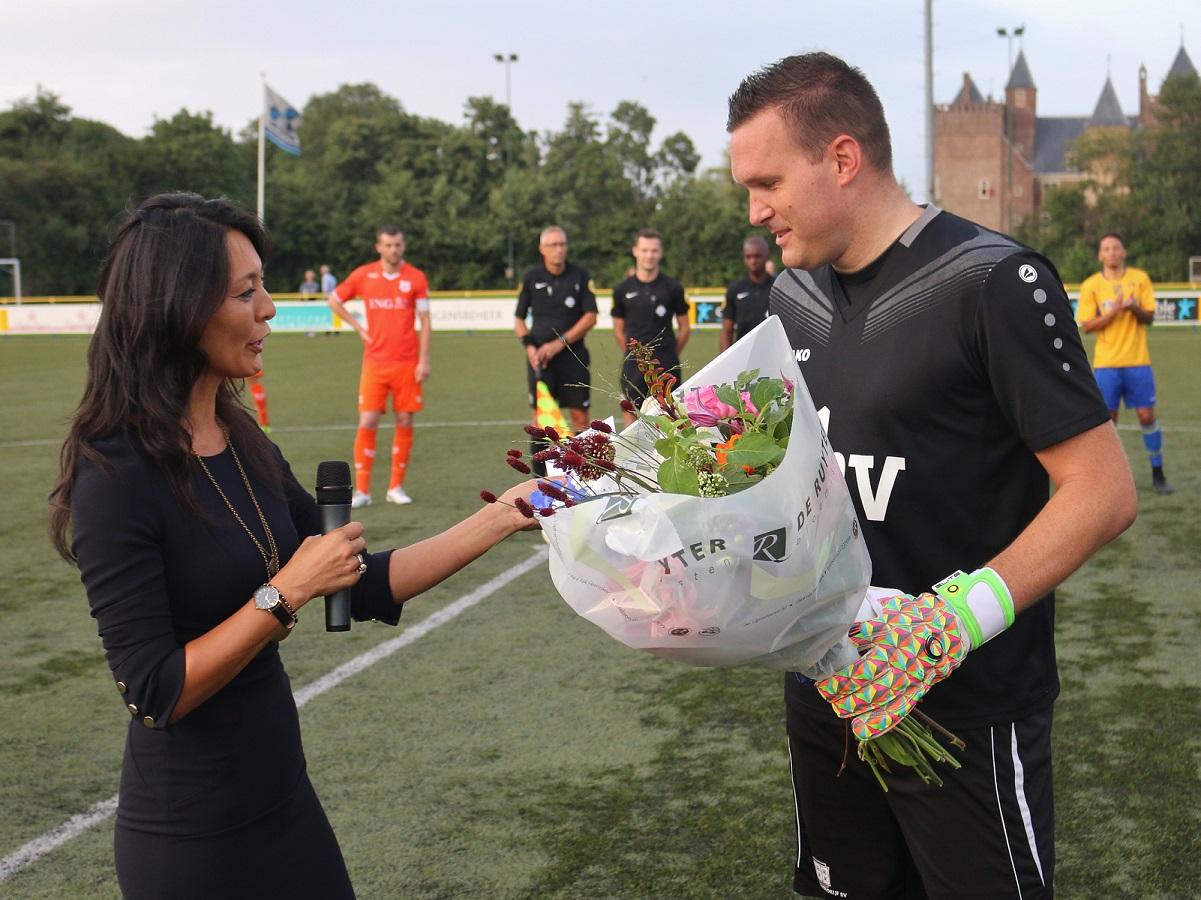 Voorzitter Jacinta Lieuwes overhandigde een boeket bloemen en een cadeaubon aan doelman Barry van Dijk. (Foto: Aangeleverd)