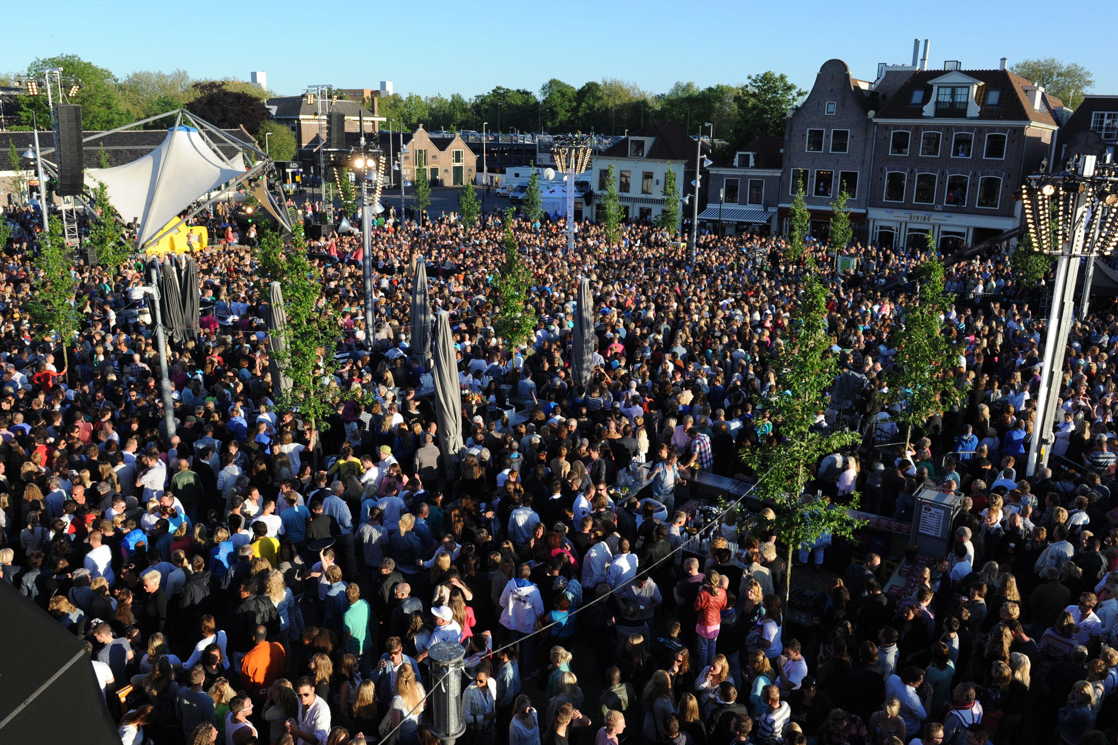 Volgens de initiatiefnemers van citymarketing gebeurt er al heel veel in Purmerend. Zoals destijds het muziekfeest van de Tros met onder andere Jan Smit. Een barstensvolle Koemarkt was hier getuige van. (Foto: Han Giskes)