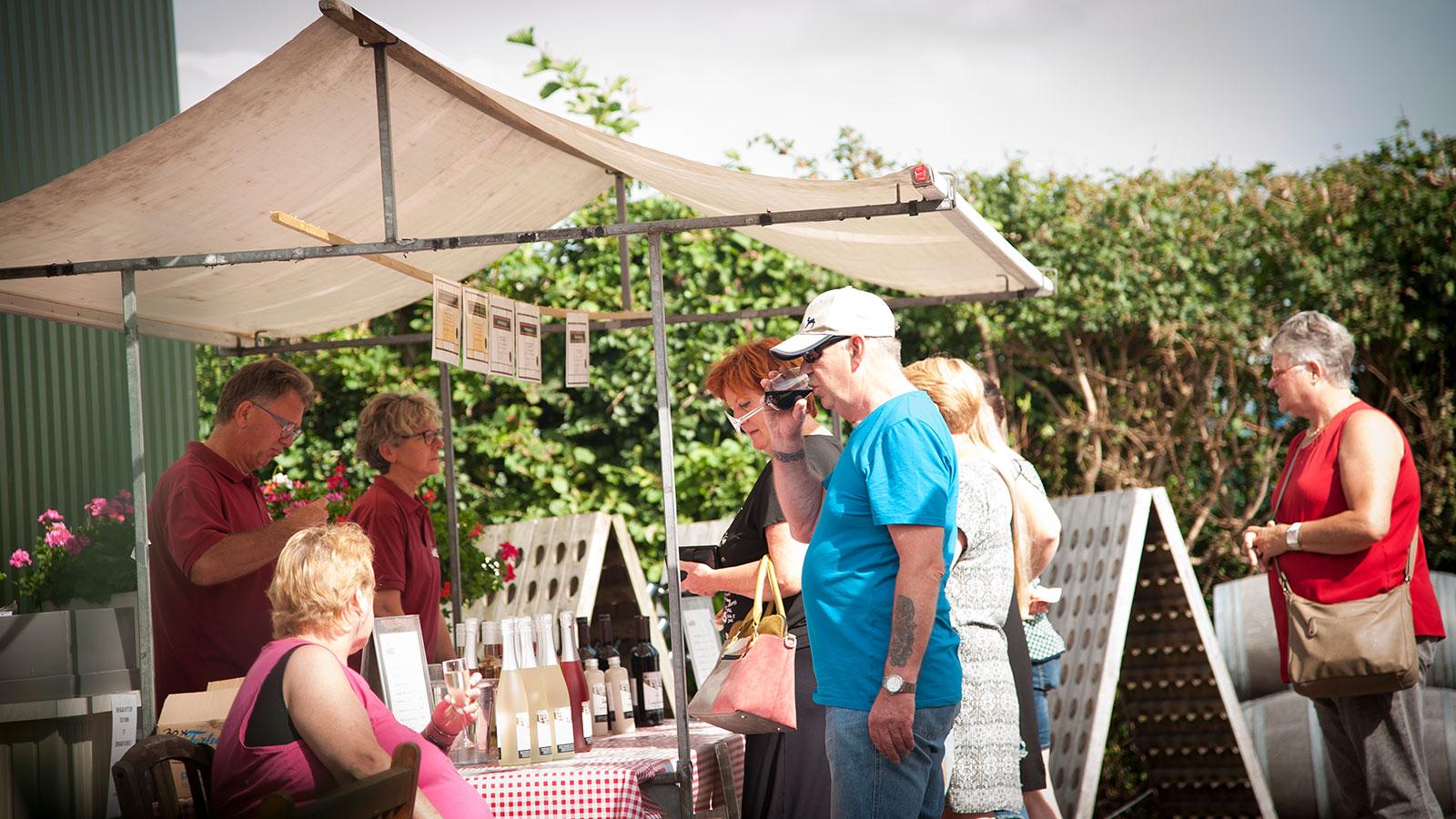 Pieter en Guja de Boer op een voorgaande editie van de streekmarkt. (Foto: www.wijndomeindekoen.nl)