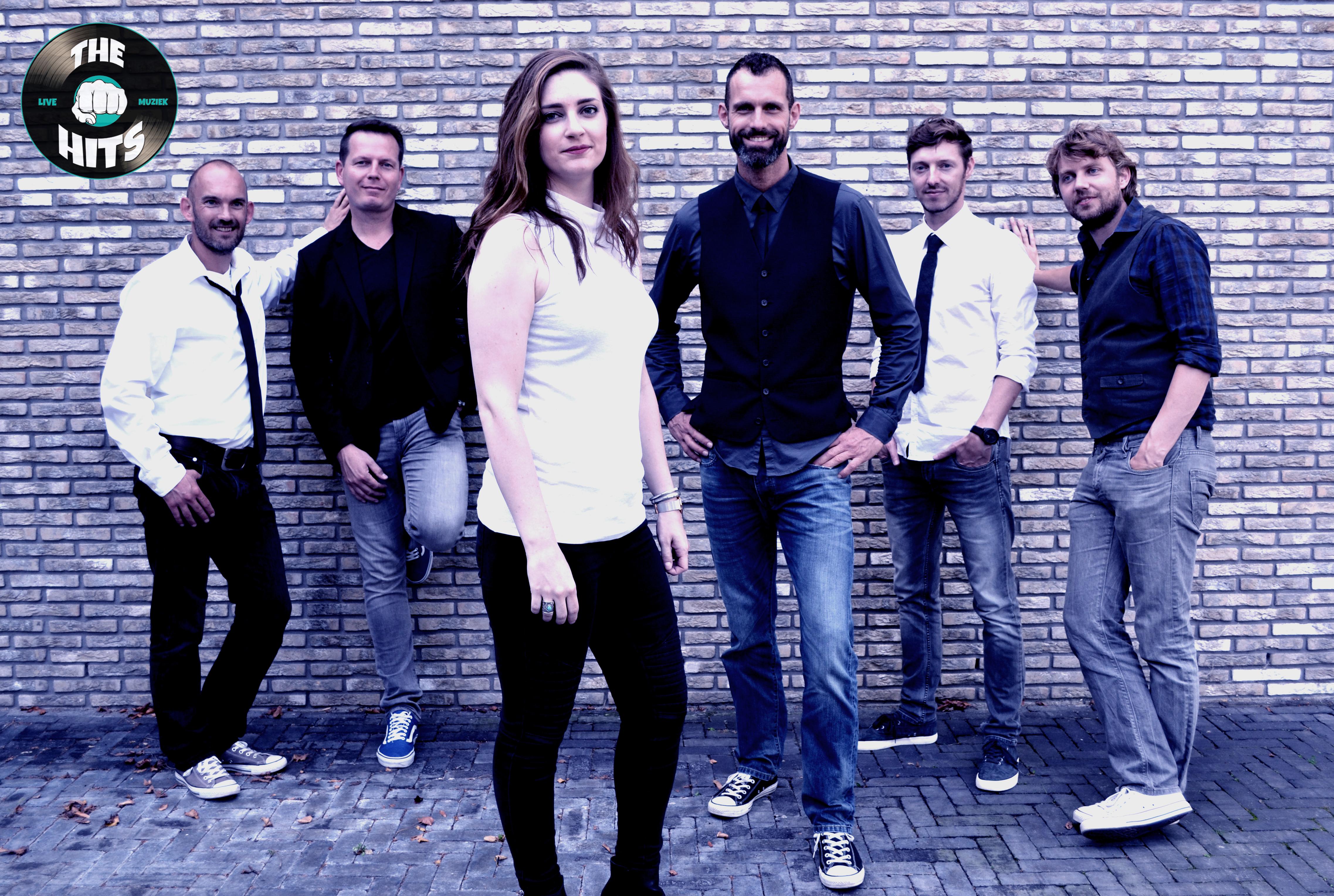 The Hits met v.l.n.r. Laurens van Vliet, Martijn Koenis, Rosanne Krab, Leon Nan, Niels Bijvoet en Jeroen Mooij.