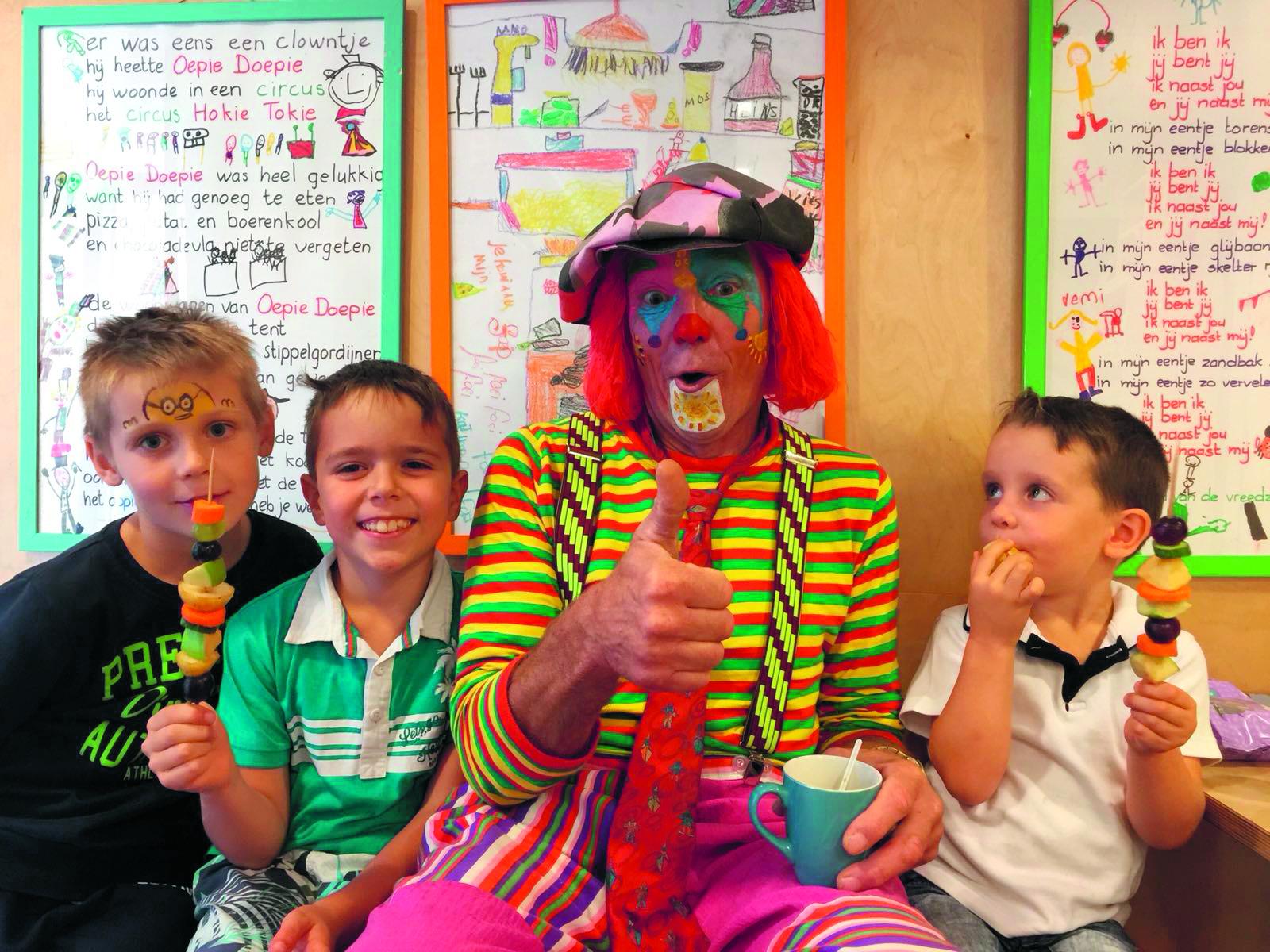 De kinderen zijn klaar voor de opening van Speel-o-theek Castricum. (foto aangeleverd)
