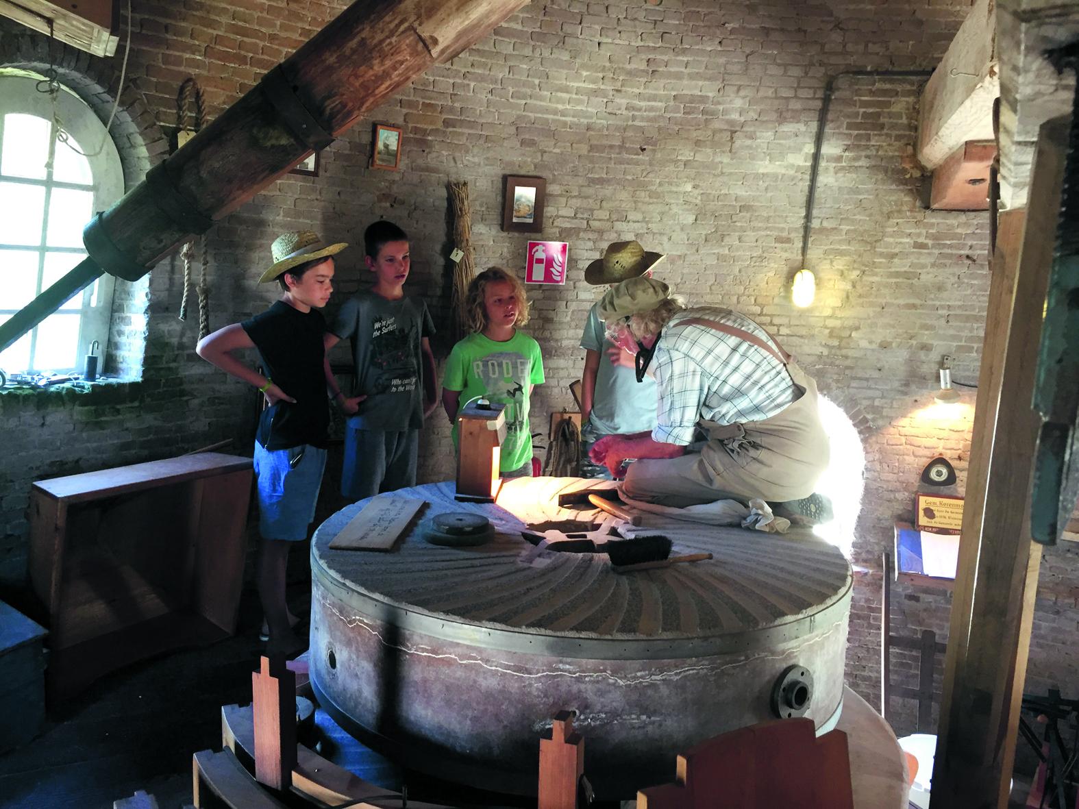 Molenaar Fred Prins legt de werking van de molen graag uit. (Foto: aangeleverd)