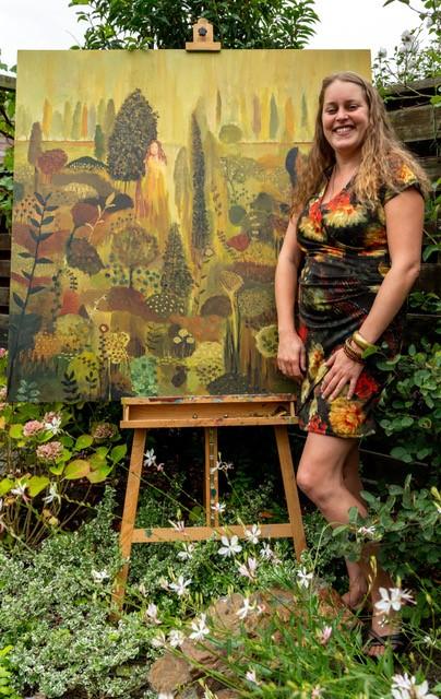 Marloes Bloedjes bij haar schilderij 'The garden of my soul'. (Foto: Aangeleverd)