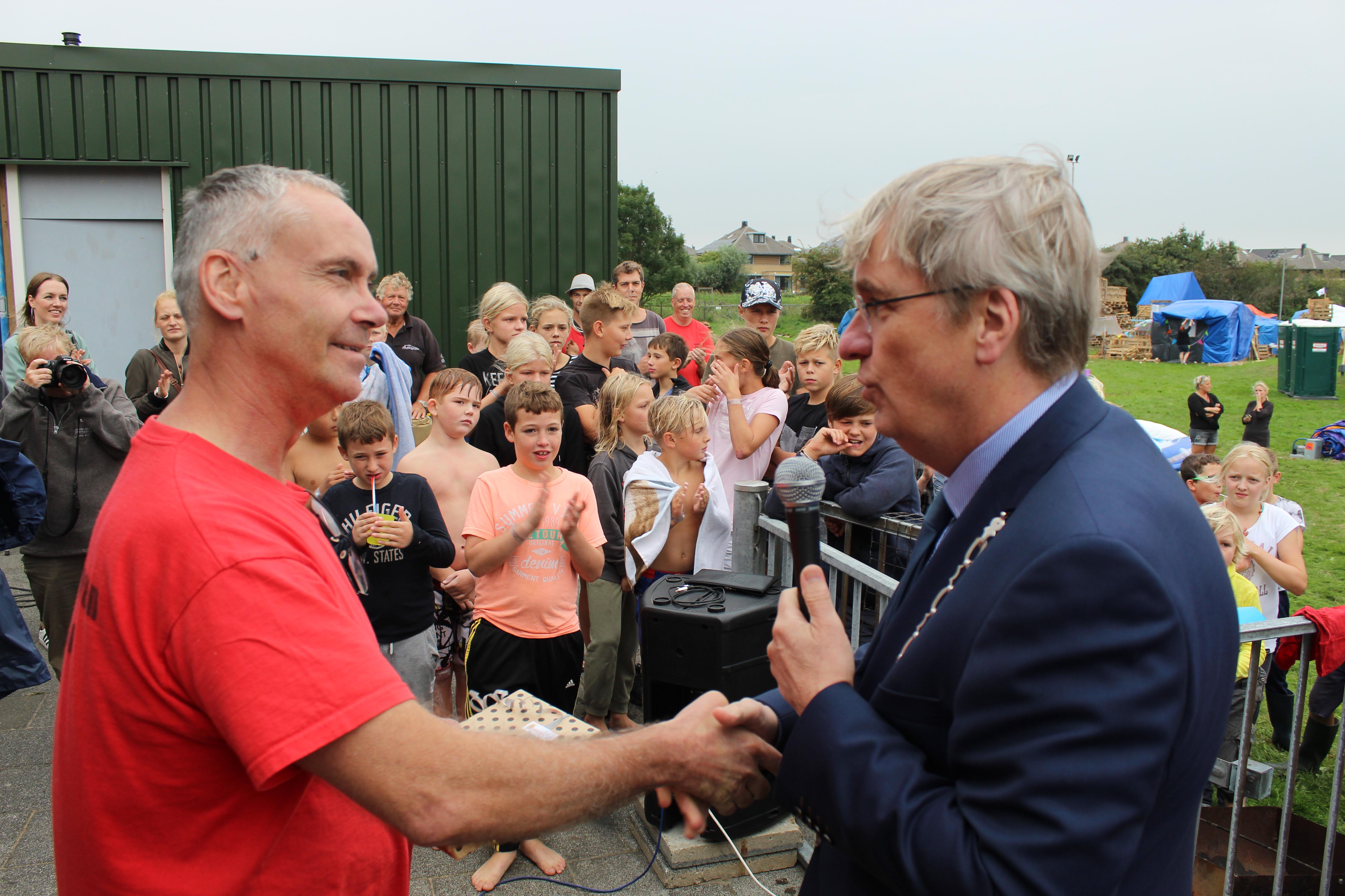 Rob (met keten) en Rob, de twee burgemeesters van het Huttendorp. (Foto's: JWvD)
