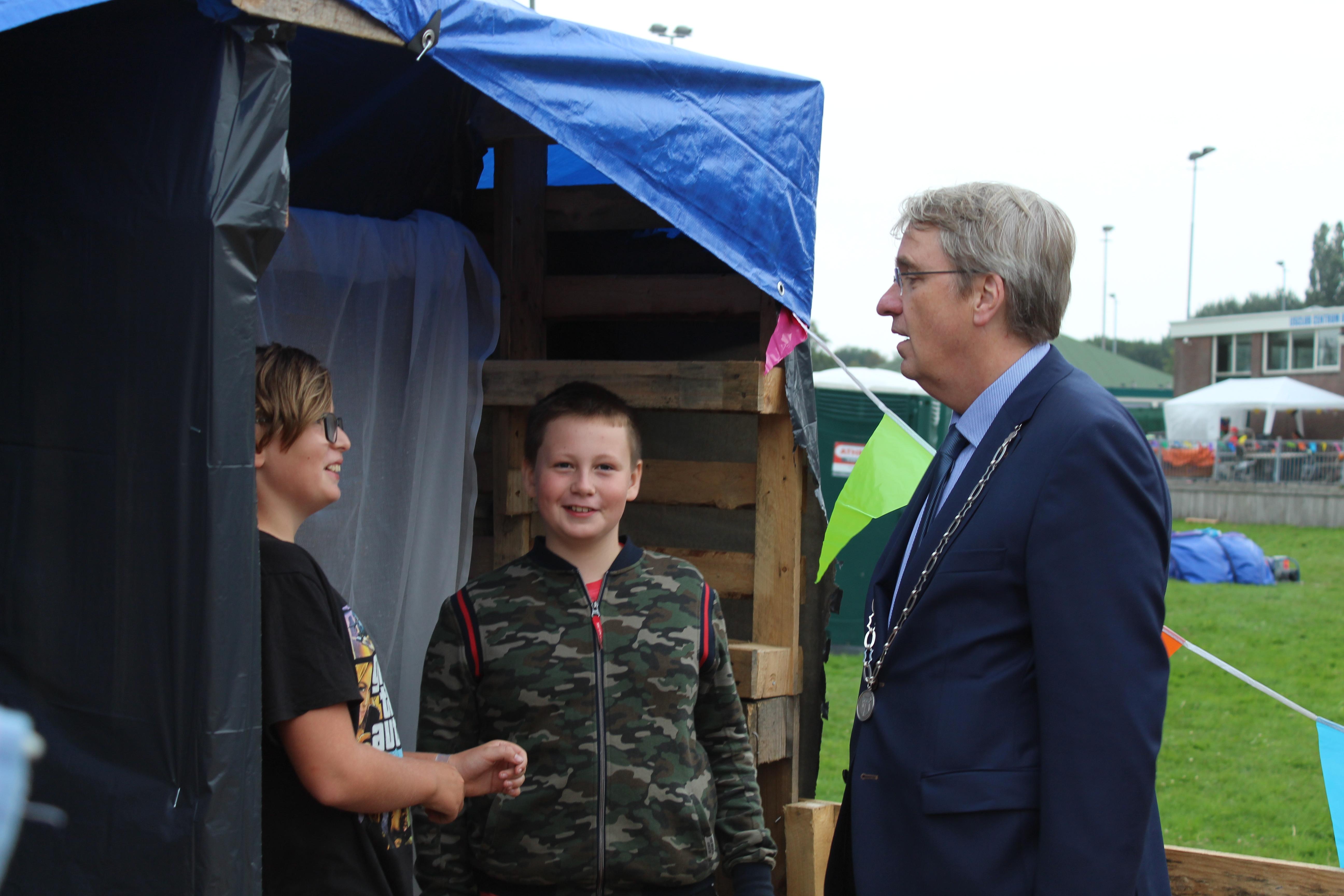 Rob (met keten) en Rob, de twee burgemeesters van het Huttendorp. (Foto's: JWvD)  rodi.nl © rodi