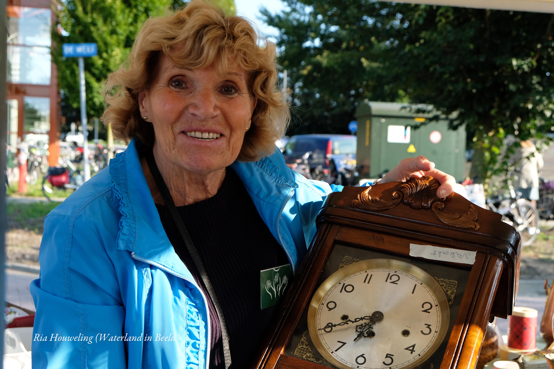Op de rommelmarkt waren er nog diverse leuke items te vinden zoals deze tweedehands klok. (Foto: Ria Houweling-Bouwman)