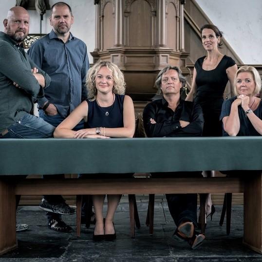 De BB'6 band bestaat uit René Smit (Drums) Wim Vlaar (Piano) Colet Nierop (Harp) Martin Rozema (Dwarsfluit) Esther Hoek (Saxofoon) en Stephanie Kramer (Zang). (Foto: aangeleverd)