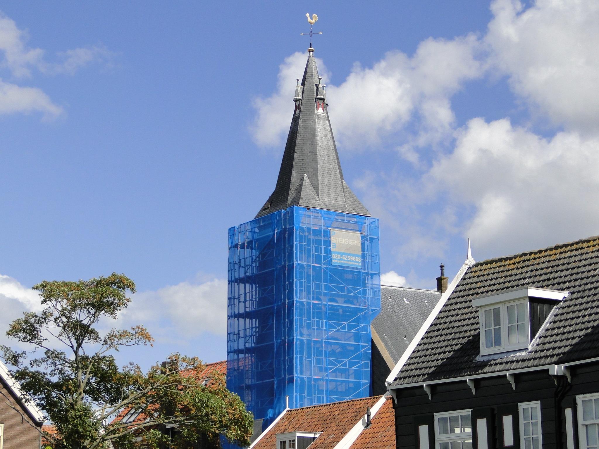 Grote kerk op Marken in de steigers