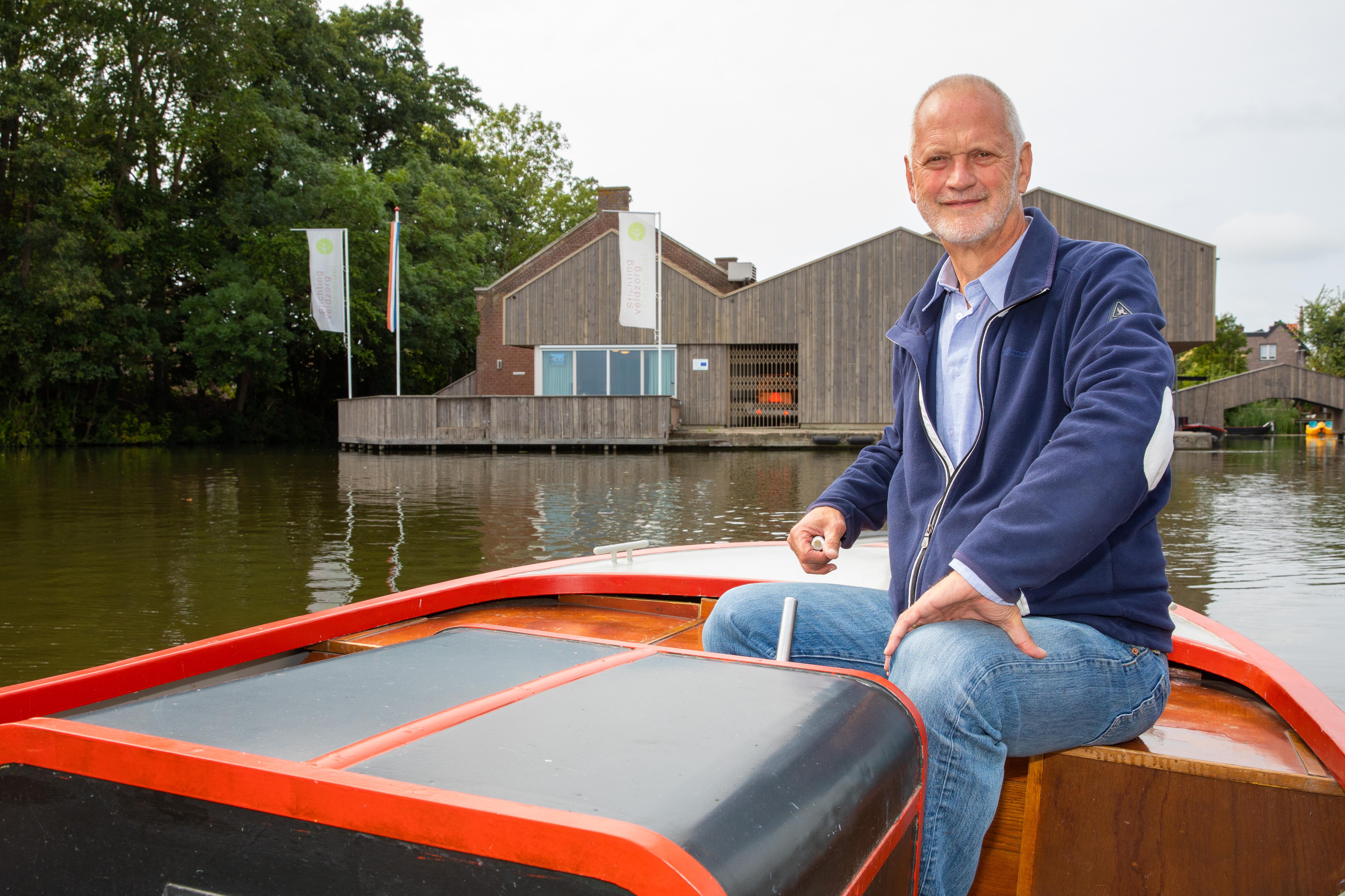 Gerrit Arkesteijn, voorzitter van stichting Veldzorg Oosterdel, met op de achtergrond het gebouw van Veldzorg. (Foto's Vincent de Vries/RM)