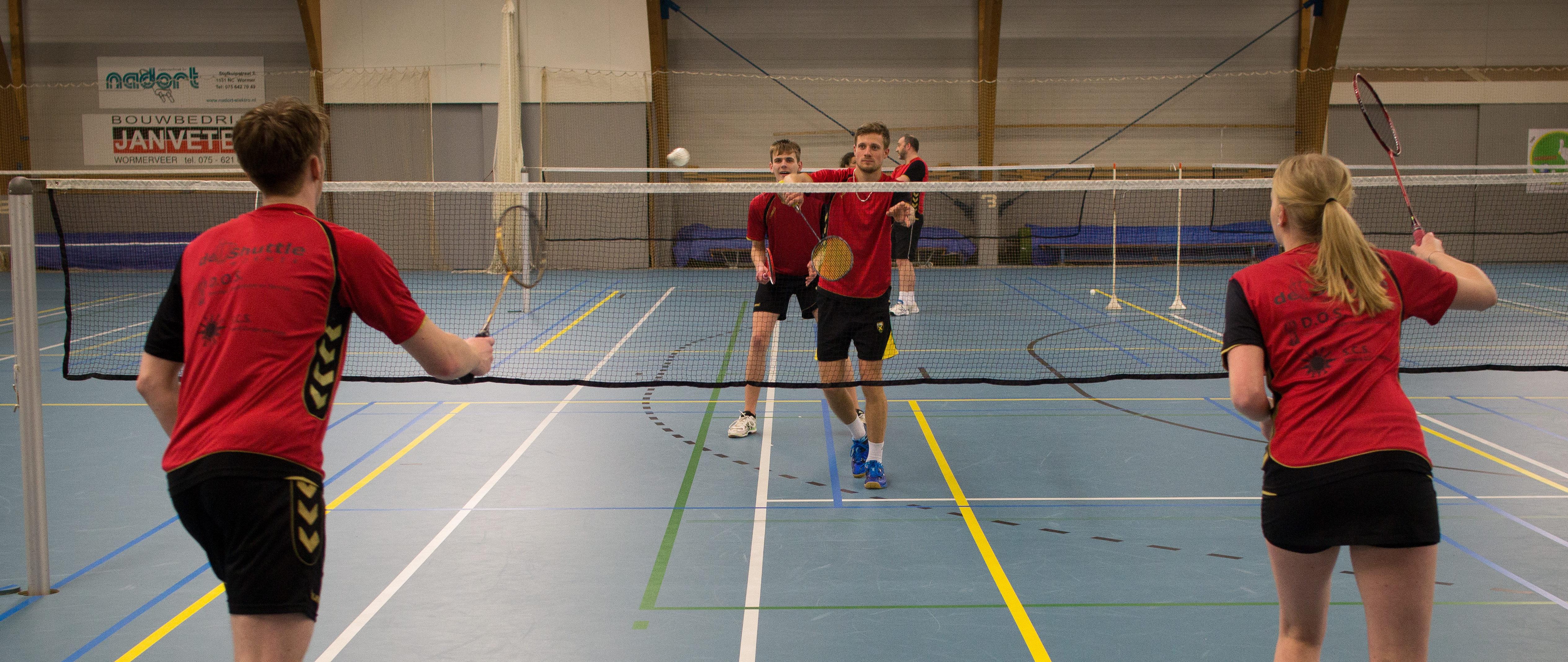 Tijdens de open avond kunnen bezoekers gratis onder begeleiding van gediplomeerde trainers met badminton kennismaken. (Foto: Badmintonvereniging De Shuttle)