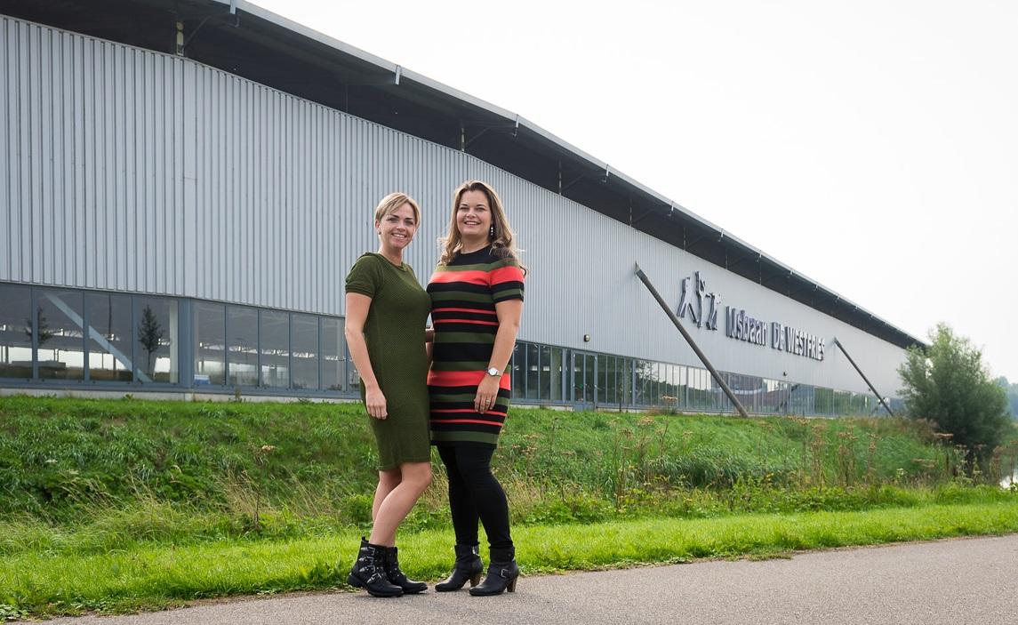 Laura en Mariska bij IJsbaan de Westfries waar zaterdag 15 september de eerste editie van het Family Festival plaatsvindt. (Foto: Yvette Vlaar)