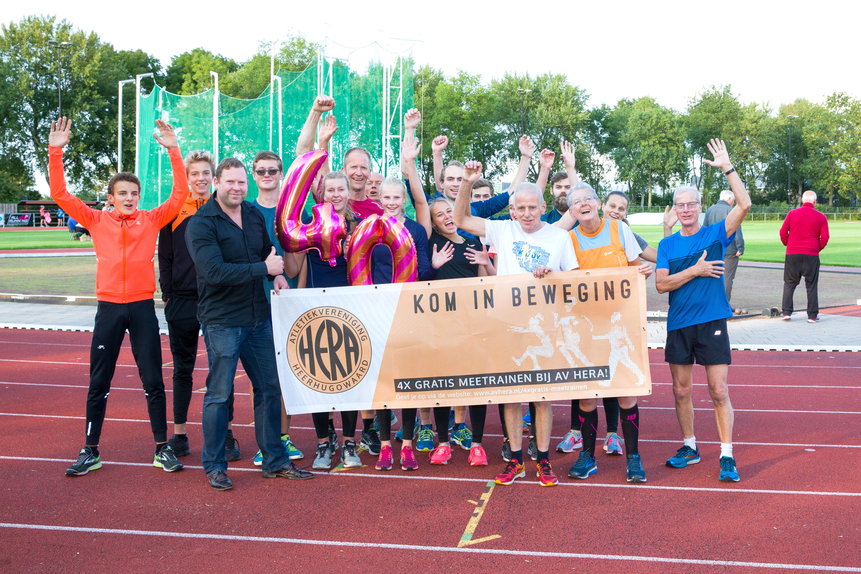 'Iedereen kan hier op zijn eigen niveau sporten, zowel jong als oud', aldus voorzitter Sebastiaan Huys (met zwart overhemd). (foto Jolanda Jacobs)