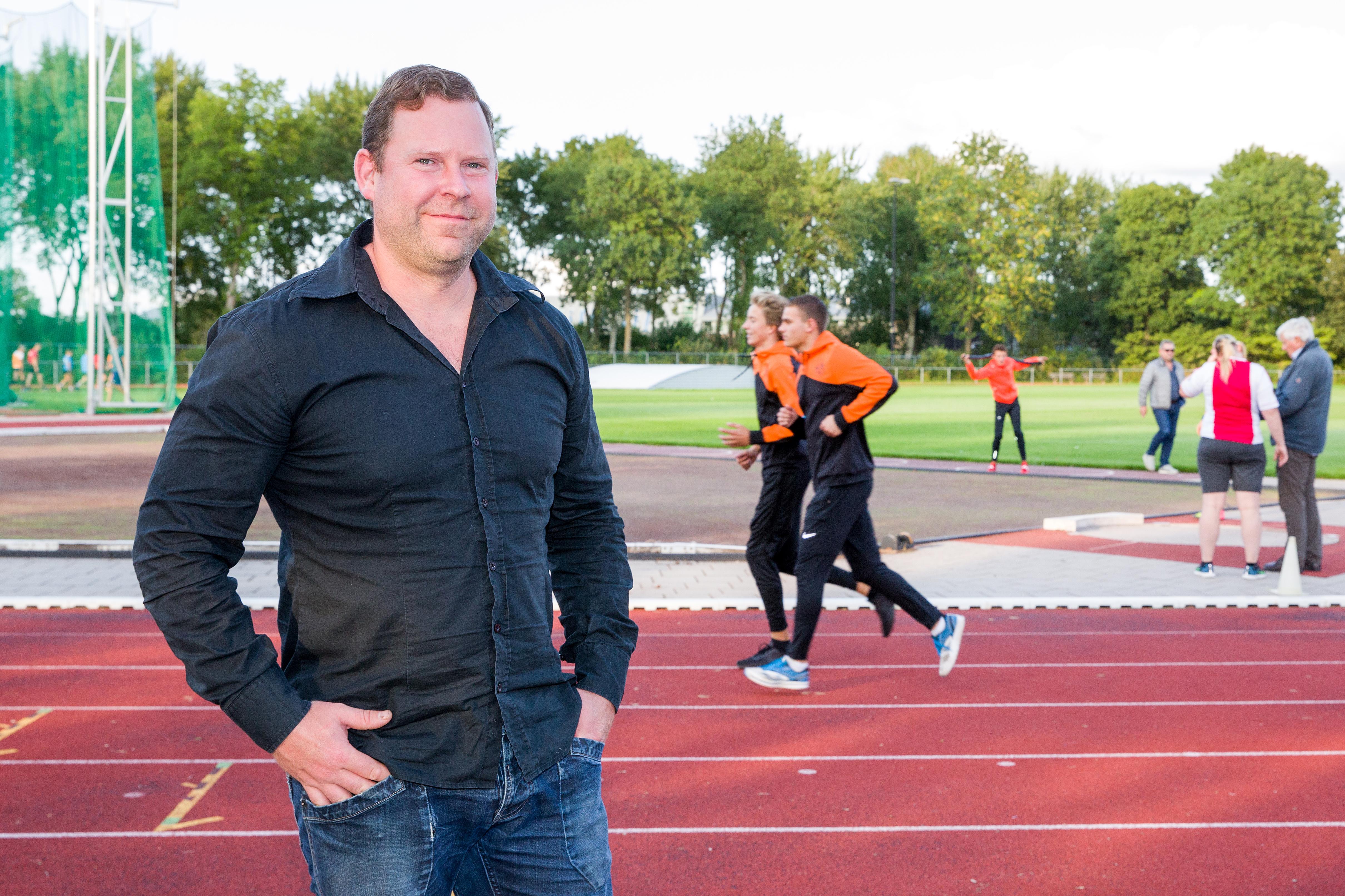'Iedereen kan hier op zijn eigen niveau sporten, zowel jong als oud', aldus voorzitter Sebastiaan Huys (met zwart overhemd). (foto Jolanda Jacobs) rodi.nl © rodi