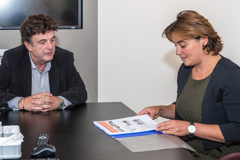 Eveline Tijmstra beloofde Hans Bakker (links) het plan goed te bestuderen. (Foto: Evert Ruis)