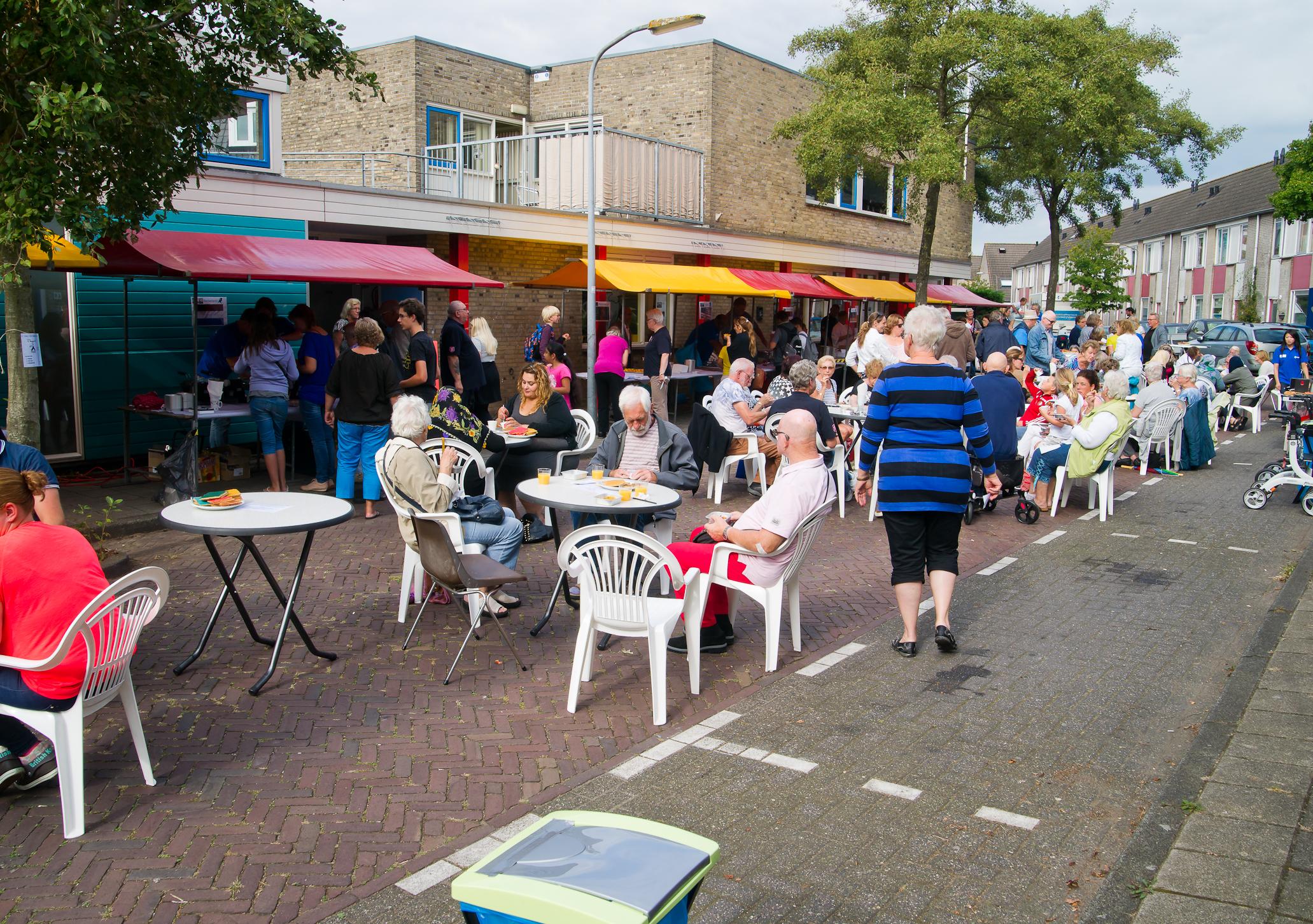 Tijdens de middag verandert de Bandoengstraat in een gezellig terras. (foto aangeleverd)